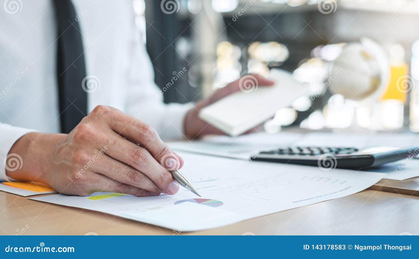 Οικονομική ετήσια οικονομική δήλωση ισολογισμών εκθέσεων δαπάνης ανάλυσης και υπολογισμού εργασίας λογιστών επιχειρηματιών, να κά