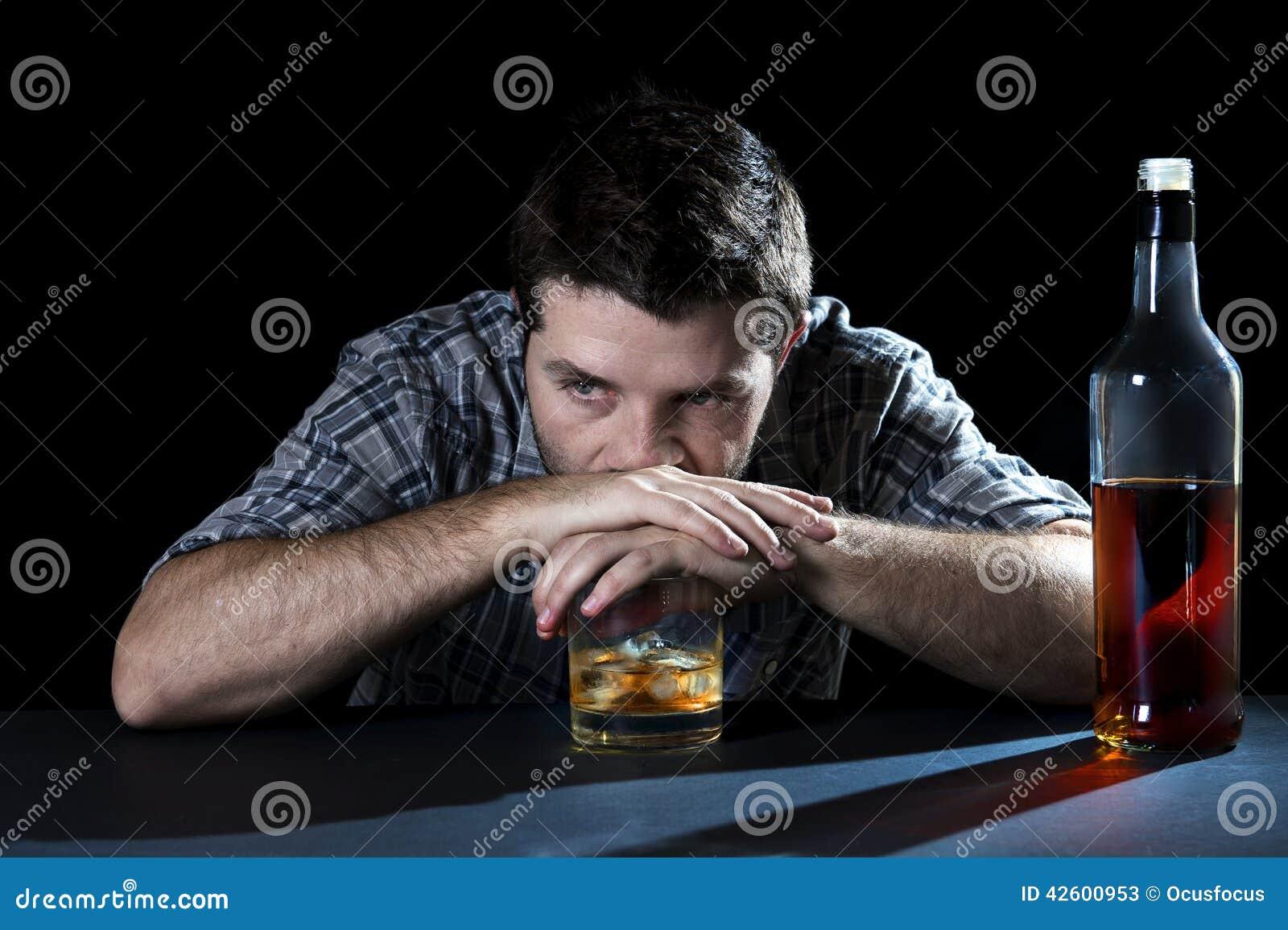 Οινοπνευματώδες άτομο εξαρτημένων που πίνεται με το γυαλί ουίσκυ στην έννοια αλκοολισμού