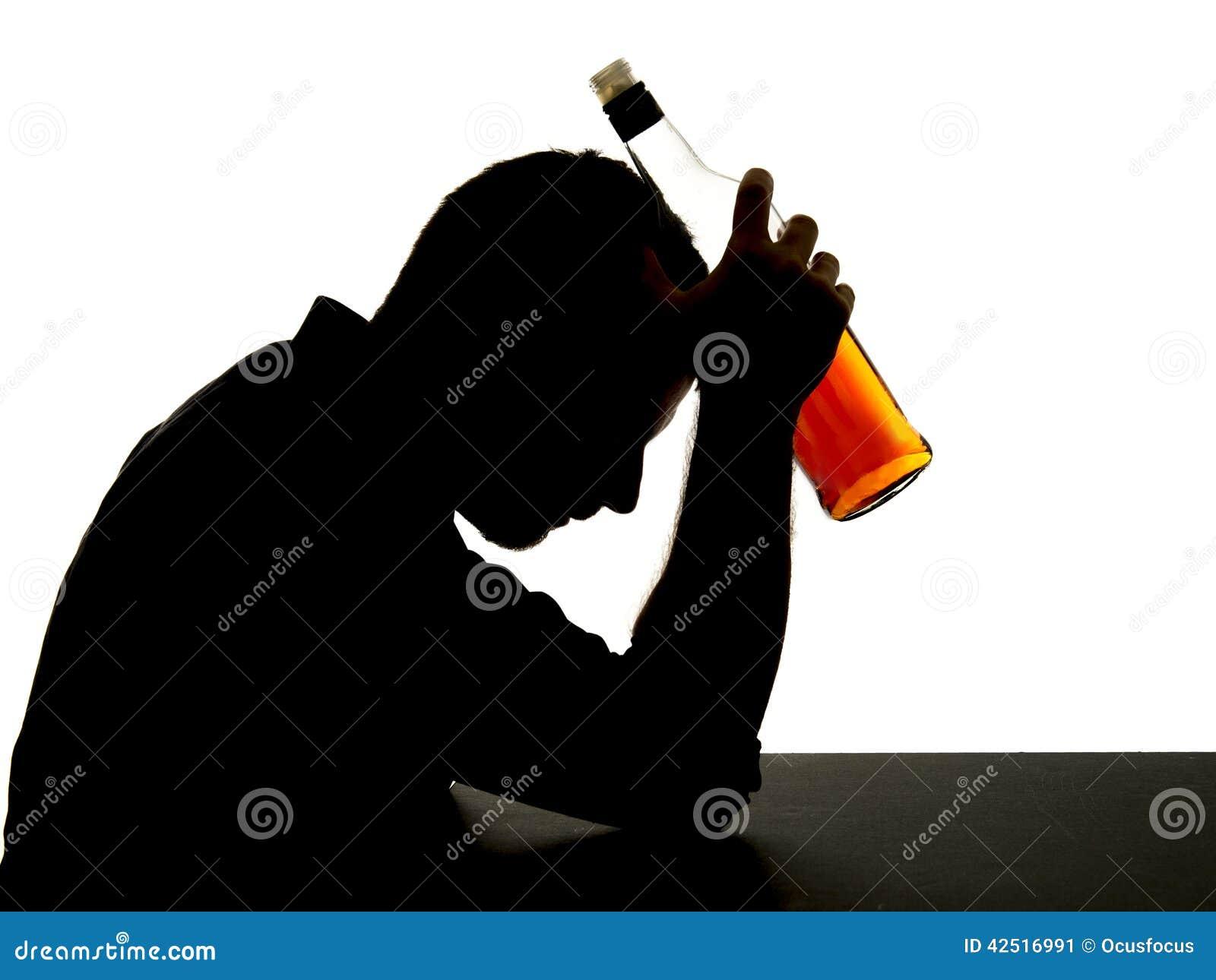 Οινοπνευματώδες πιωμένο άτομο με το μπουκάλι ουίσκυ στη σκιαγραφία εθισμού οινοπνεύματος