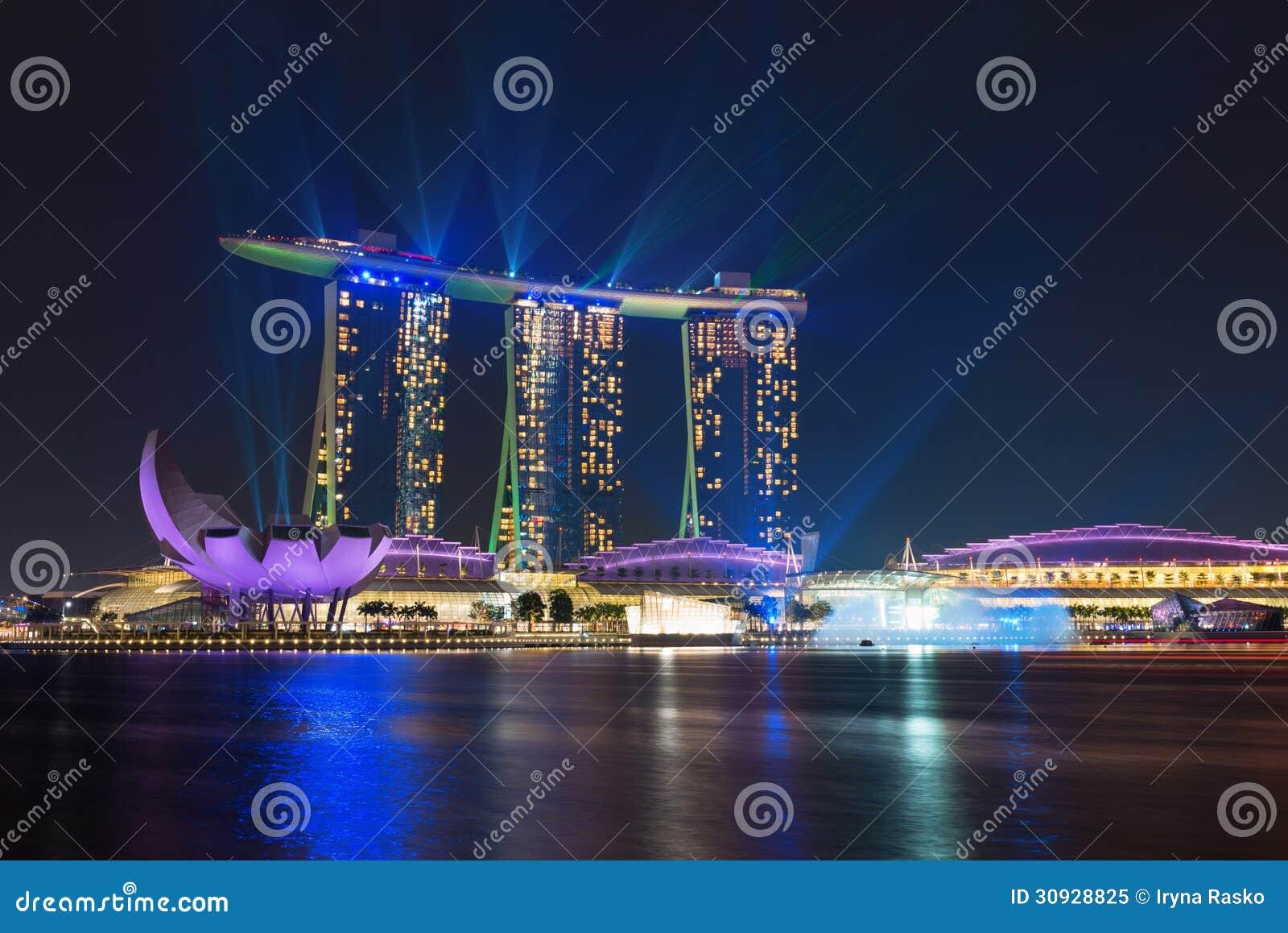 Οι άμμοι κόλπων μαρινών της Σιγκαπούρης φώτισαν τή νύχτα το λέιζερ παρουσιάζουν