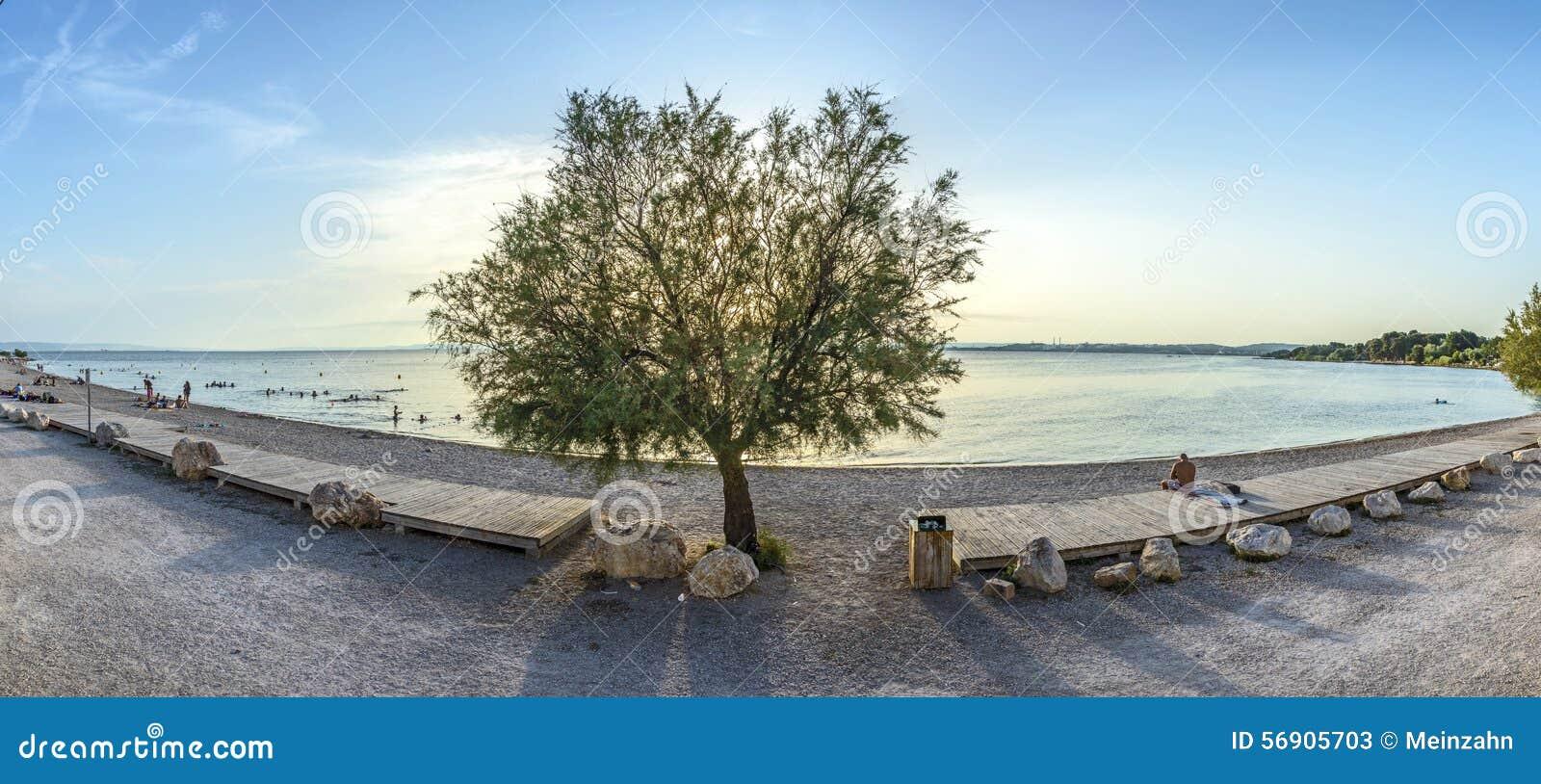 Οι άνθρωποι απολαμβάνουν το βράδυ στην παραλία Rognac κοντά στη Μασσαλία, Fra