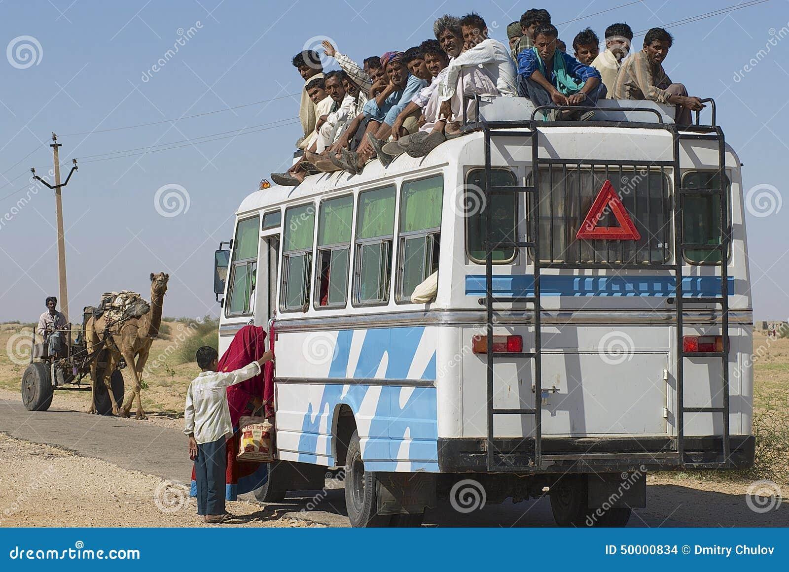 Οι άνθρωποι εισάγουν το λεωφορείο σε Jamba, Rajasthan, Ινδία
