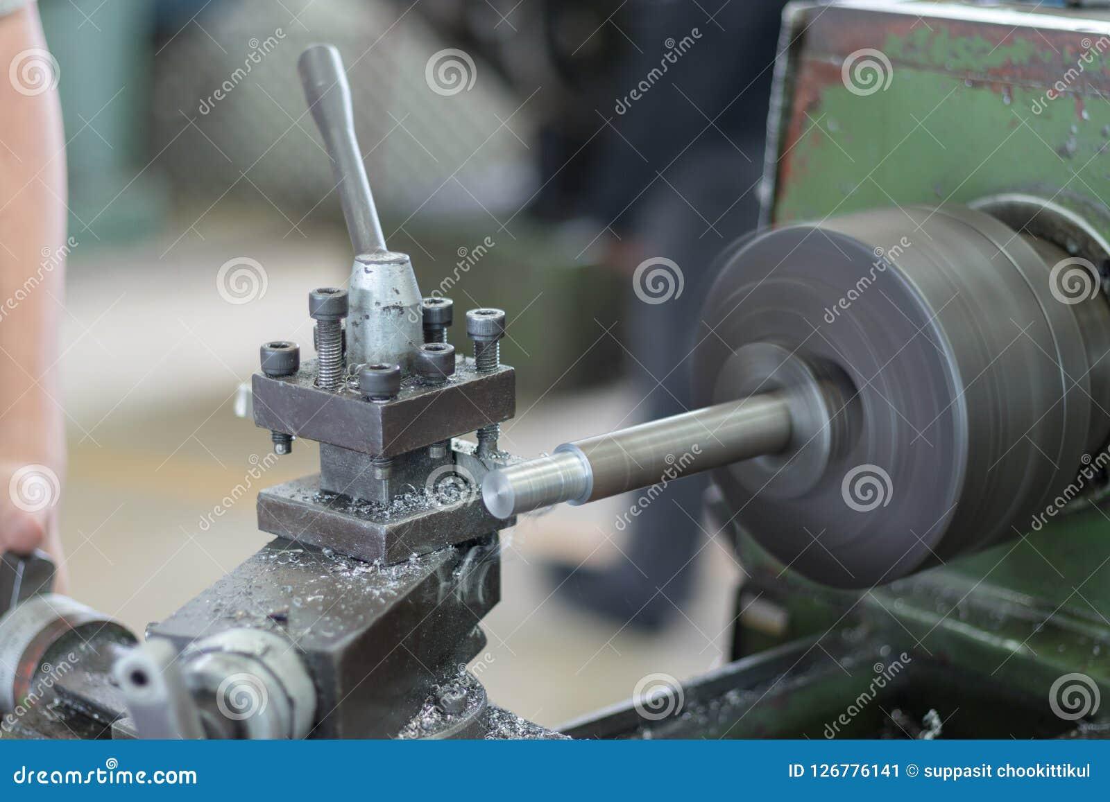Οι άνθρωποι εργάζονται με τις μηχανές