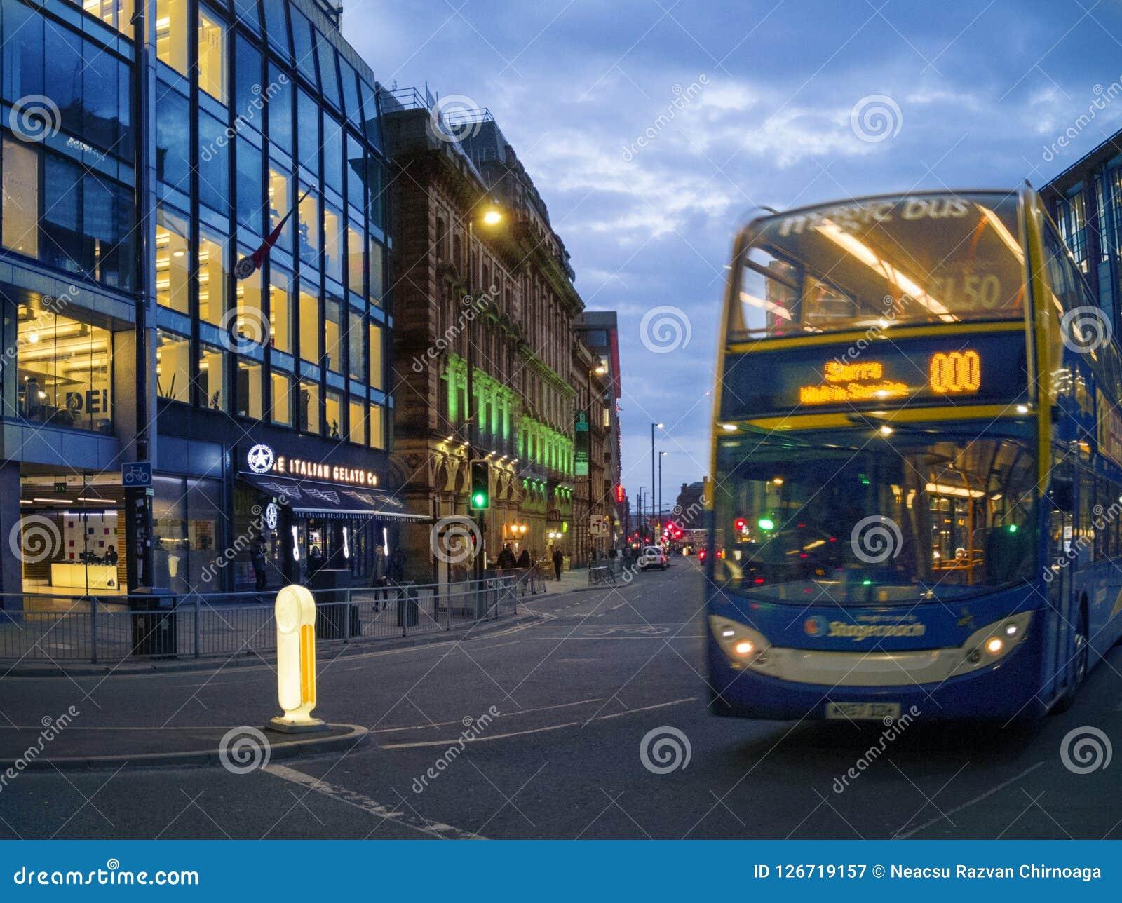 Οι άνθρωποι οδηγούν το λεωφορείο πόλεων JPT στο Μάντσεστερ,