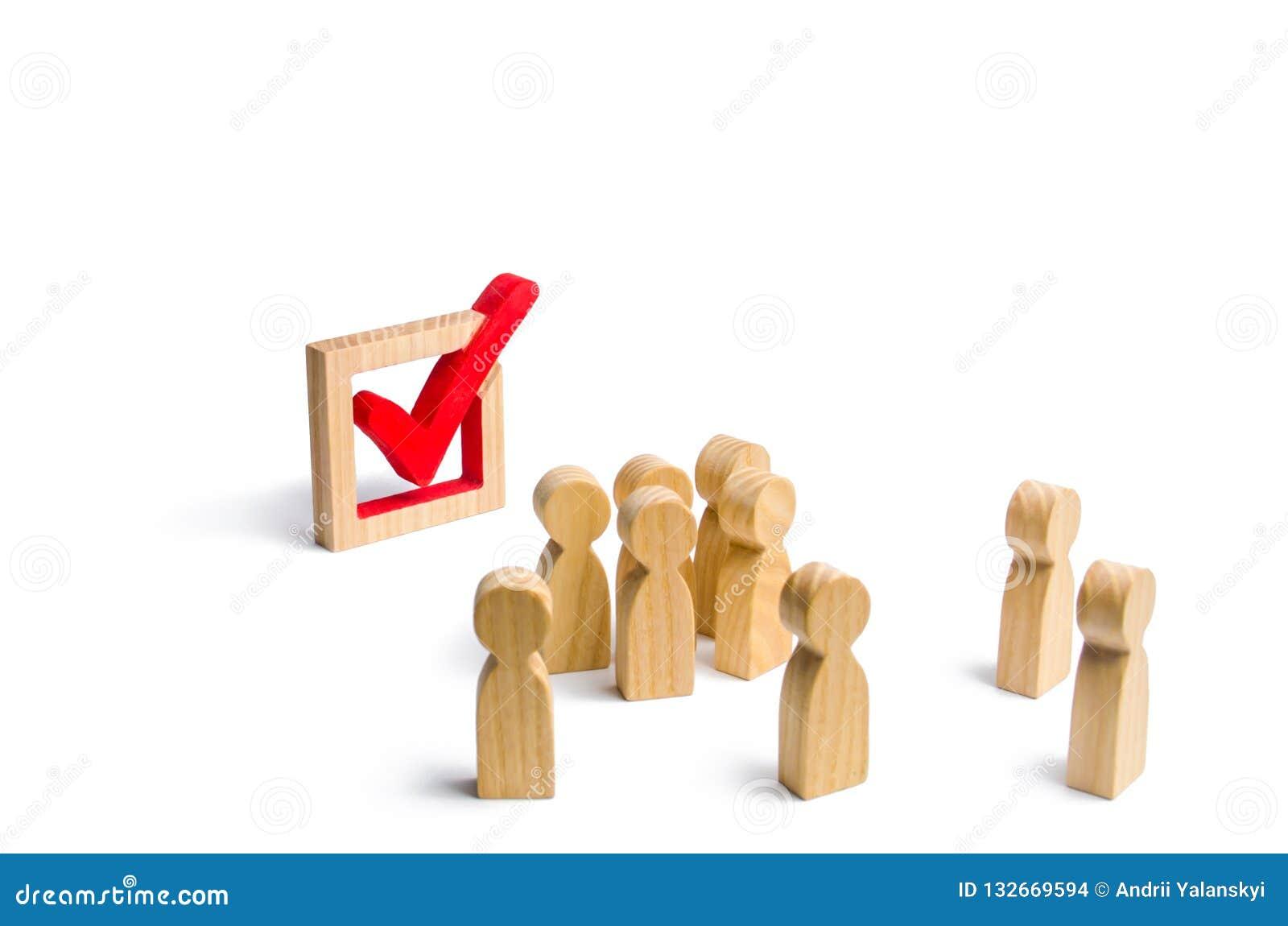 Οι άνθρωποι στέκονται πλησίον και εξετάζουν το σημάδι ελέγχου στο κιβώτιο εκλογή, ψηφοφορία ή δημοψήφισμα Οι ψηφοφόροι συμμετέχου
