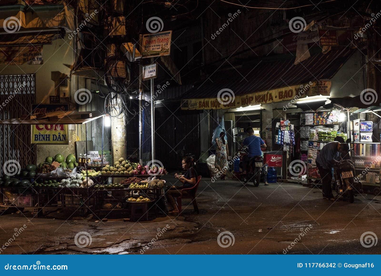 Οι άνθρωποι συνεχίζονται με τις ζωές τους στη πόλη Χο Τσι Μινχ, Βιετνάμ, τη νύχτα