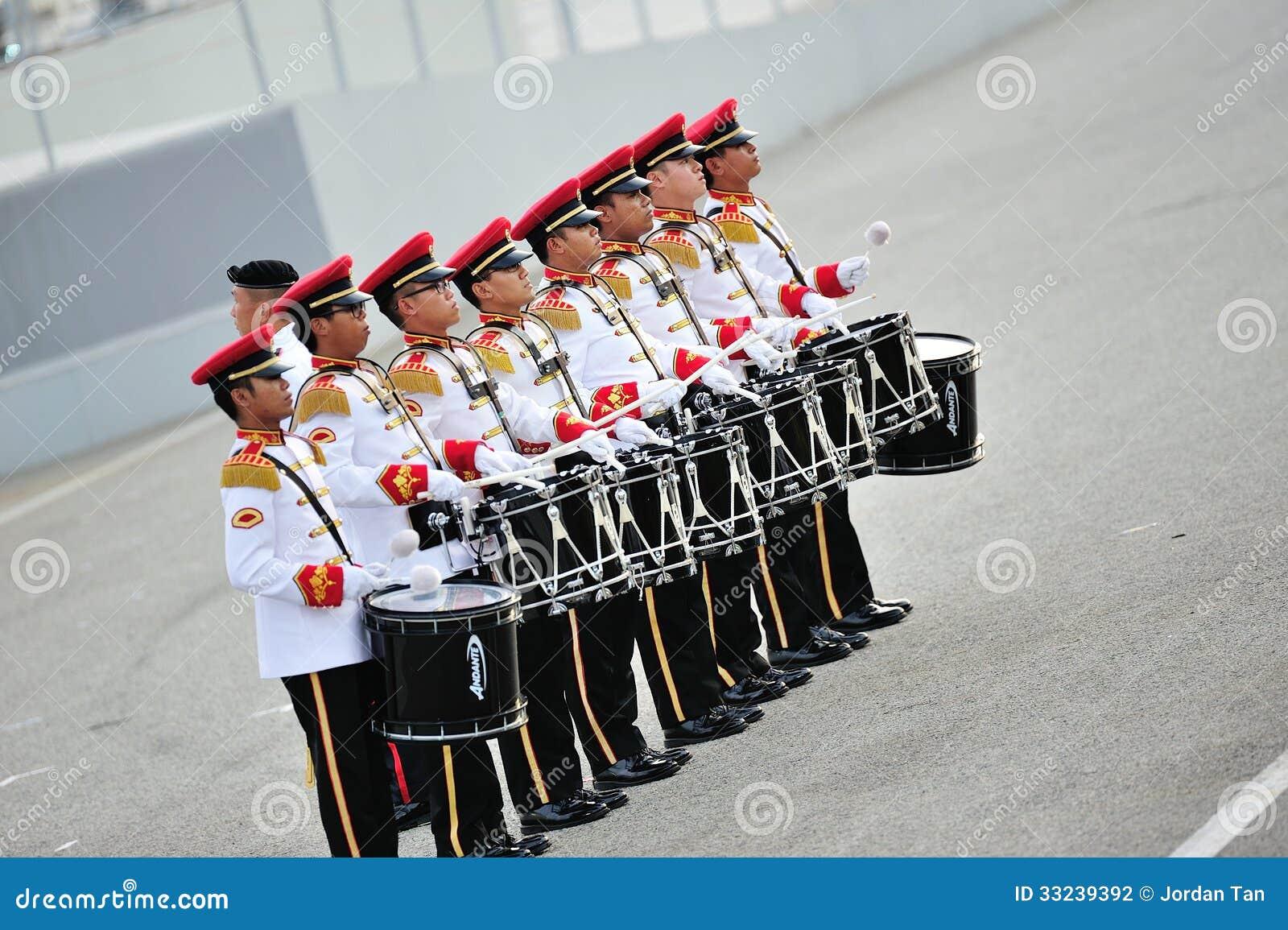 Οι Ένοπλες Δυνάμεις της Σιγκαπούρης (SAF) ενώνουν τους τυμπανιστές που αποδίδουν κατά τη διάρκεια της πρόβας το 2013 παρελάσεων εθ