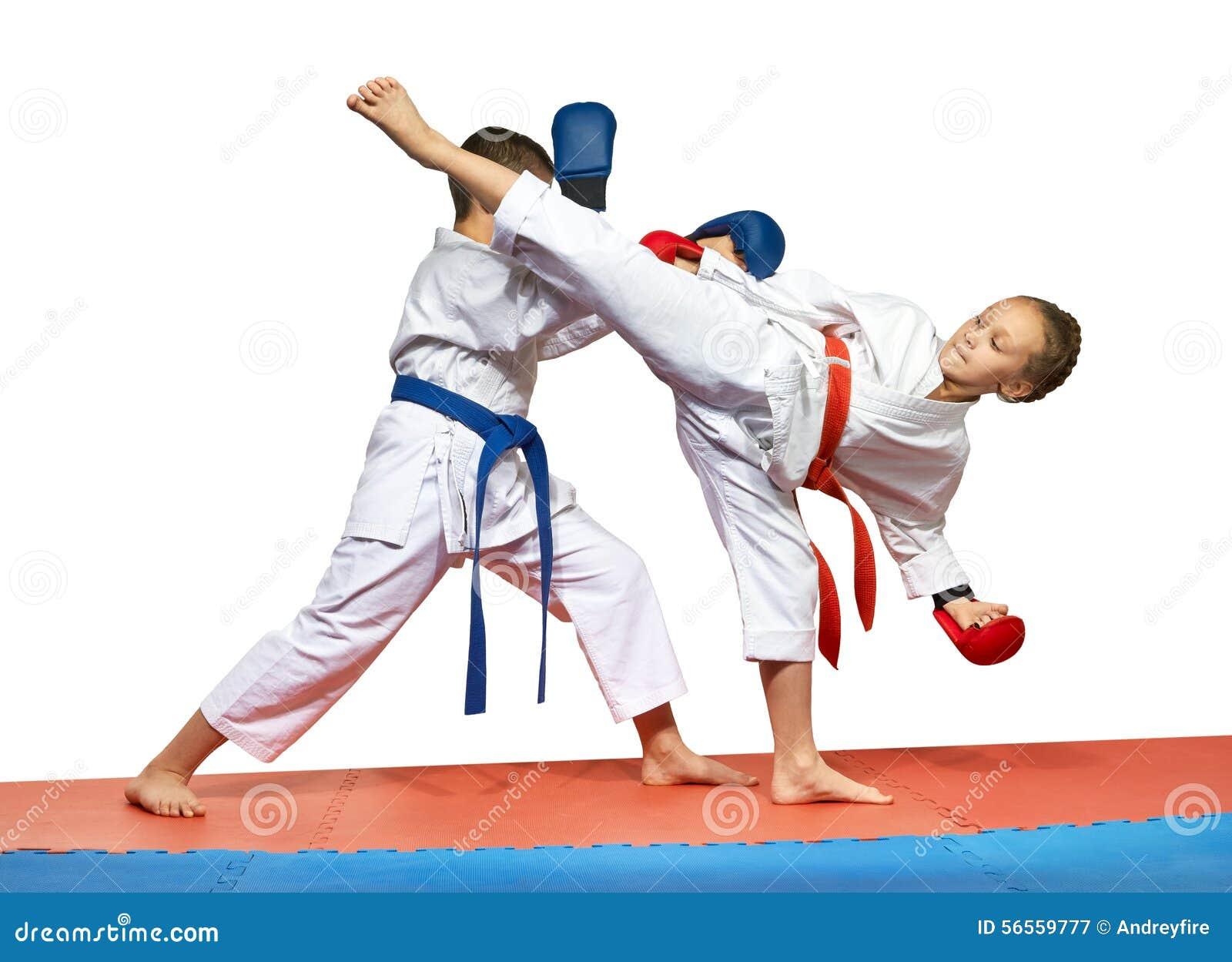 Download Οι αθλητές εκπαιδεύουν κτυπούν το Geri και την προστασία Mavashi Ura ενάντια σε το Στοκ Εικόνα - εικόνα από επιτυχία, ευτυχία: 56559777