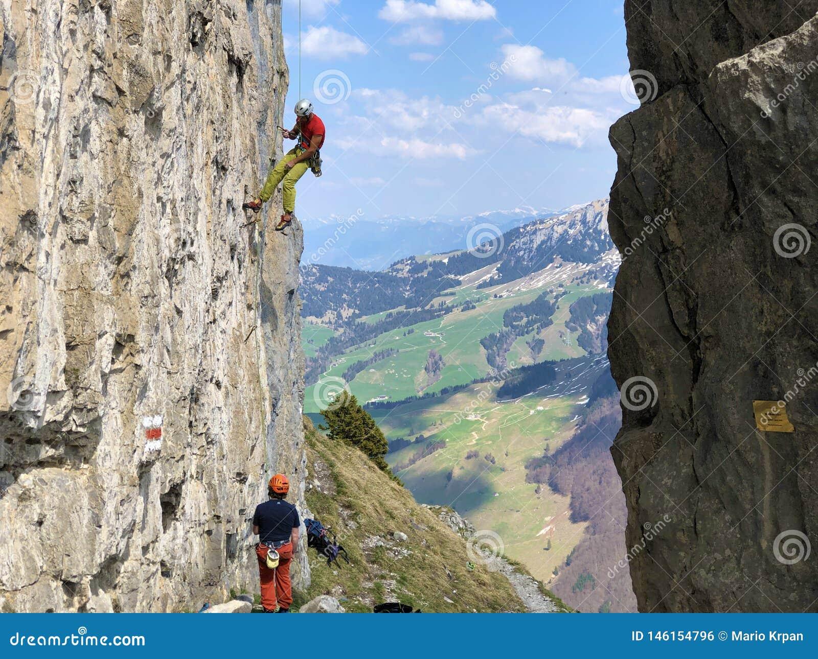 Οι αλπικοί ορειβάτες στους απότομους βράχους βουνών Ebenalp στην περιοχή Appenzellerland και το βουνό Alpstein κυμαίνονται