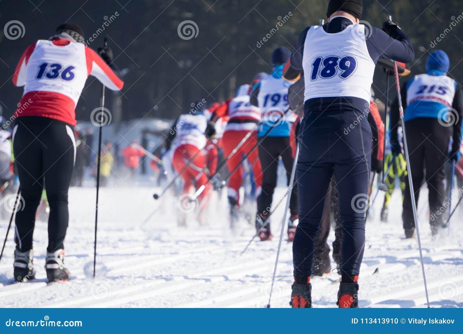 Οι ανταγωνισμοί στην πειθαρχία αγώνα σκι, κάλεσαν τον αριθμό έναρξης ανθρώπων συγχρόνως