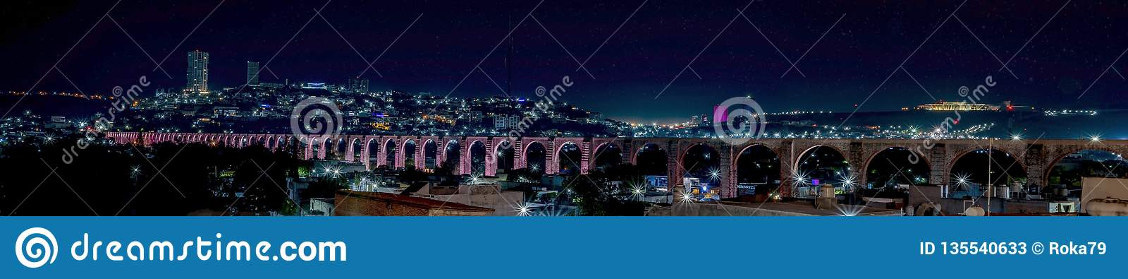 Οι αψίδες, νύχτα που φωτίζεται του υδραγωγείου σε Queretaro