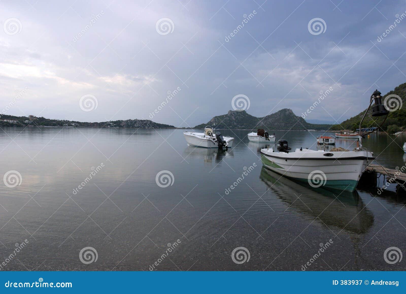 οι βάρκες ηρεμούν τη λίμνη