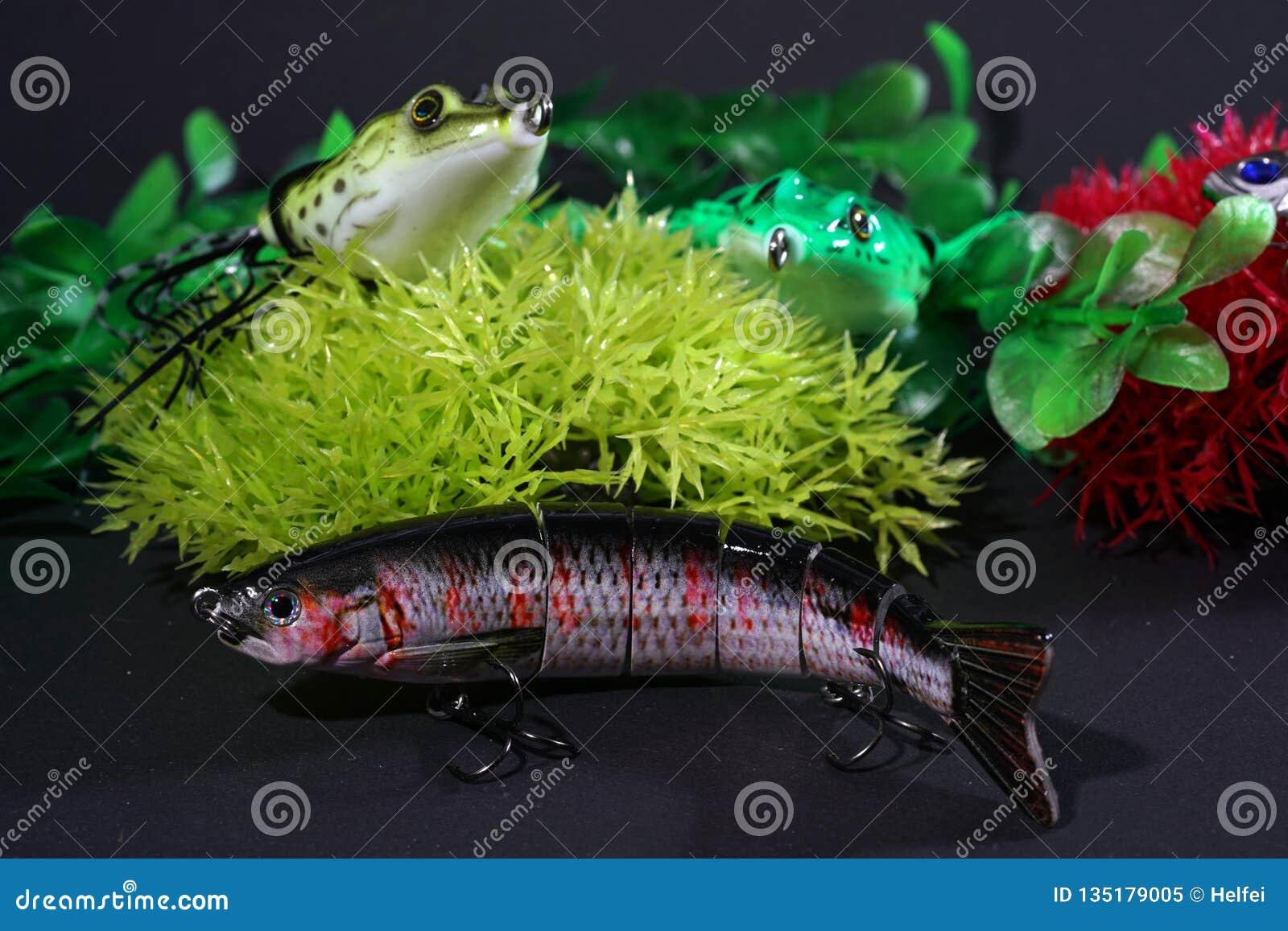 Οι βάτραχοι φιαγμένοι από πλαστικό με τους αιχμηρούς γάντζους είναι καλοταιριασμένοι
