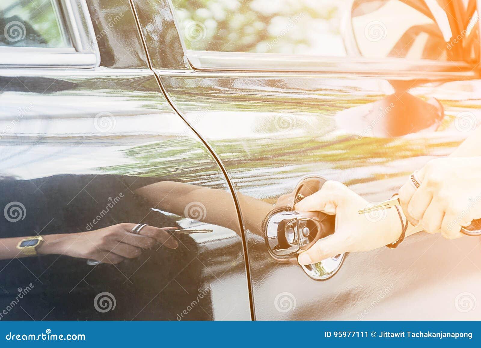 Οι γυναίκες πιάνουν τα κλειδιά αυτοκινήτων,