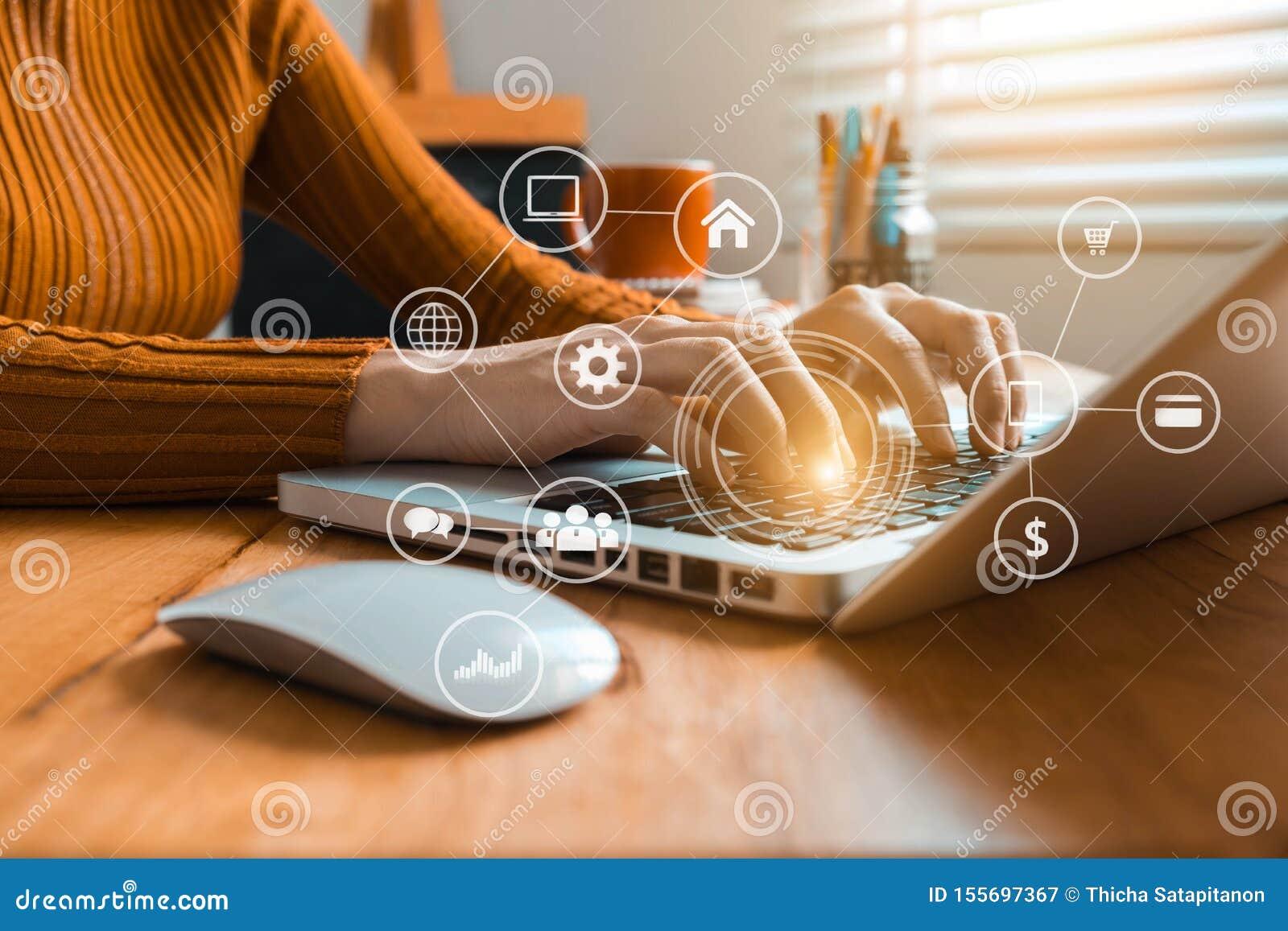 Οι γυναίκες χρησιμοποιούν το πληκτρολόγιο για τα lap-top για τις κινητές σε απευθείας σύνδεση αγορές καναλιών Omni πληρωμών