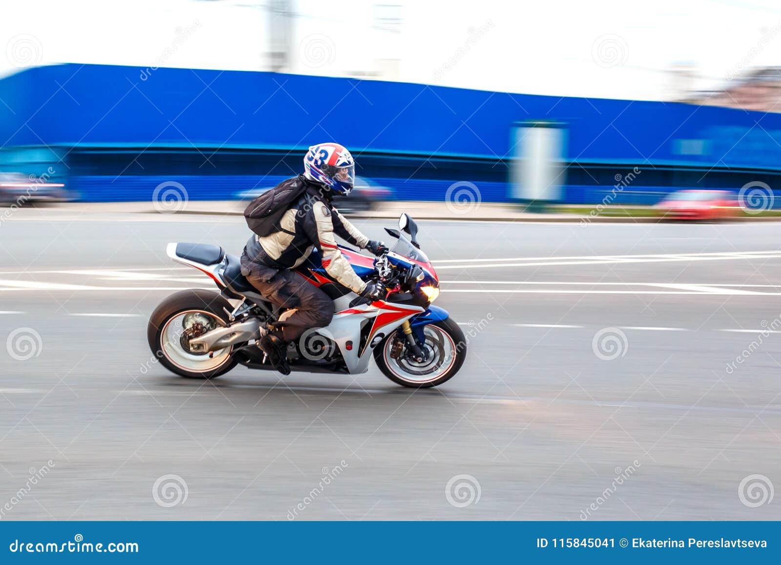 Οι γύροι μοτοσυκλετιστών με την ταχύτητα στους δρόμους πόλεων, μπορούν το 2018, Αγία Πετρούπολη