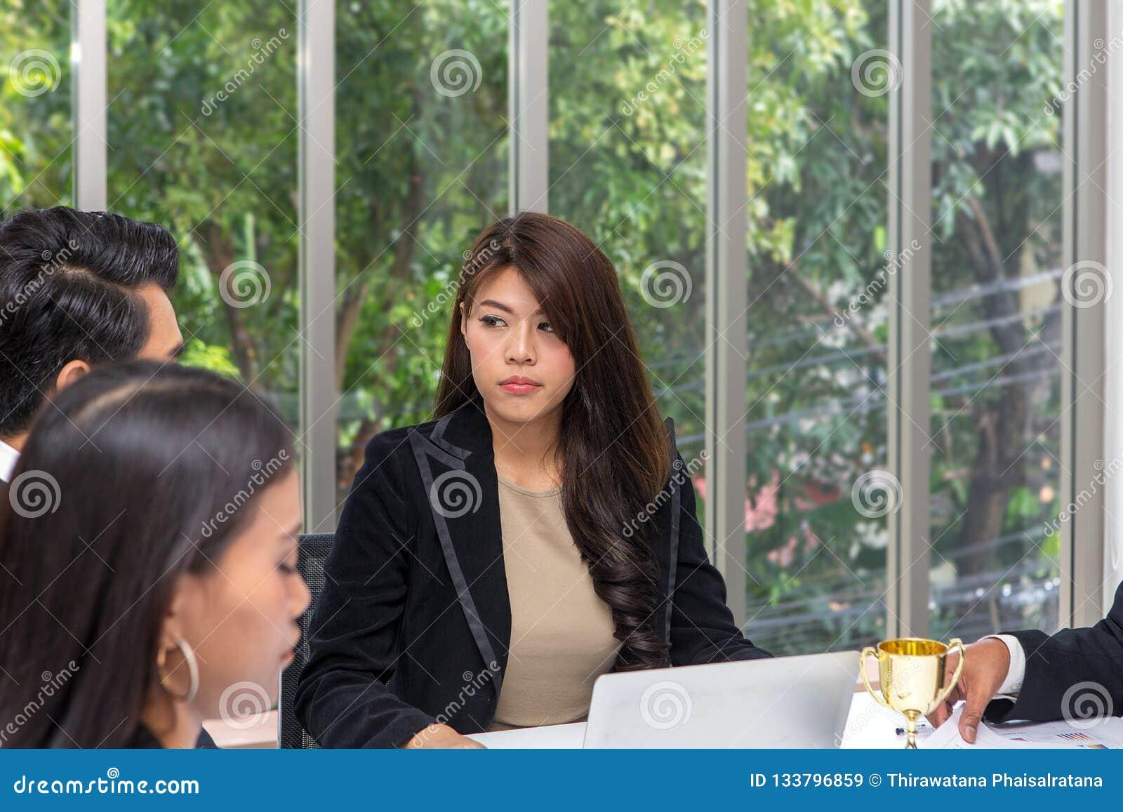 Οι διευθυντές τονίζονται στην εργασία της ομάδας Το νέο θηλυκό