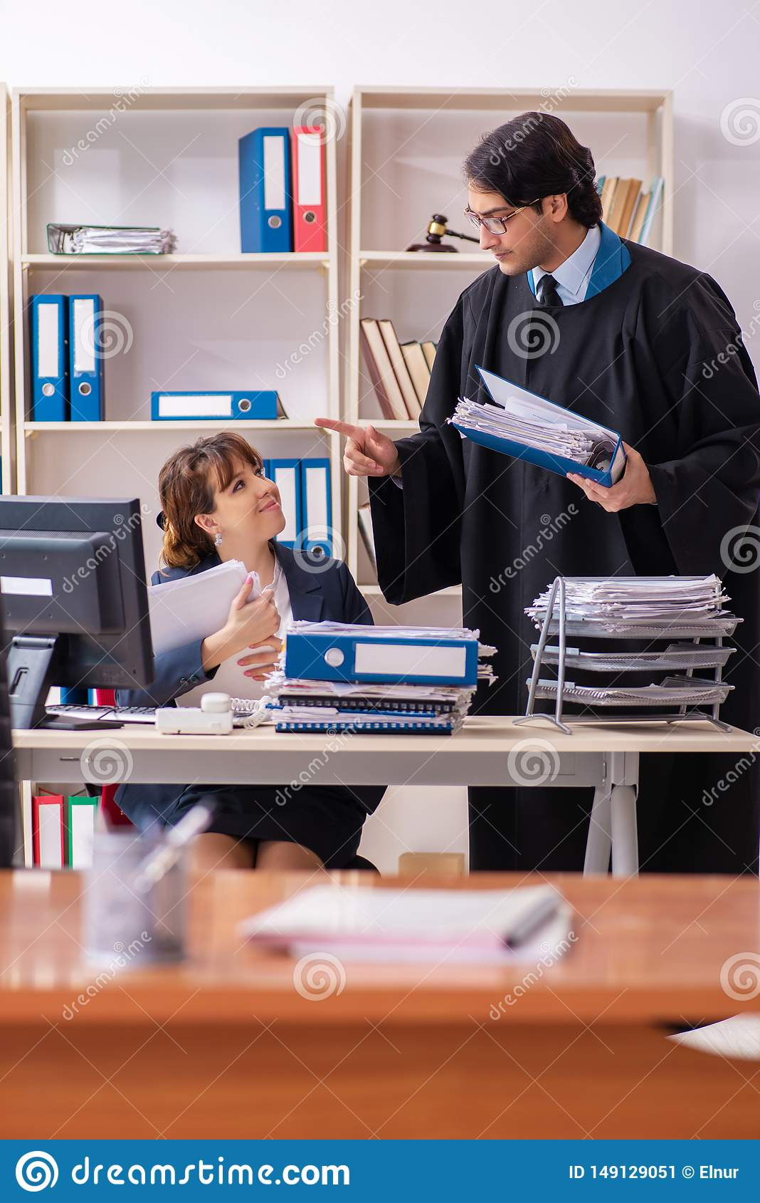 Οι δύο δικηγόροι που εργάζονται στο γραφείο