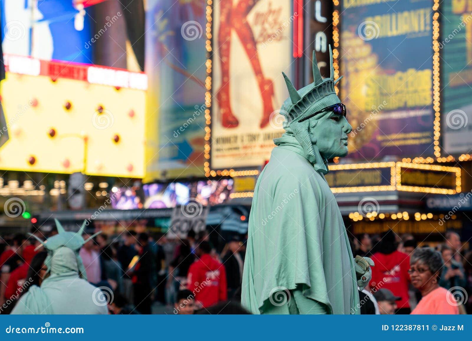 Οι εκτελεστές οδών έντυσαν ως άγαλμα της ελευθερίας