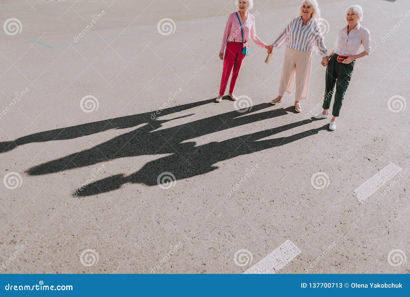 Οι ενήλικες γυναίκες κάνουν τη δημιουργική φωτογραφία από κοινού