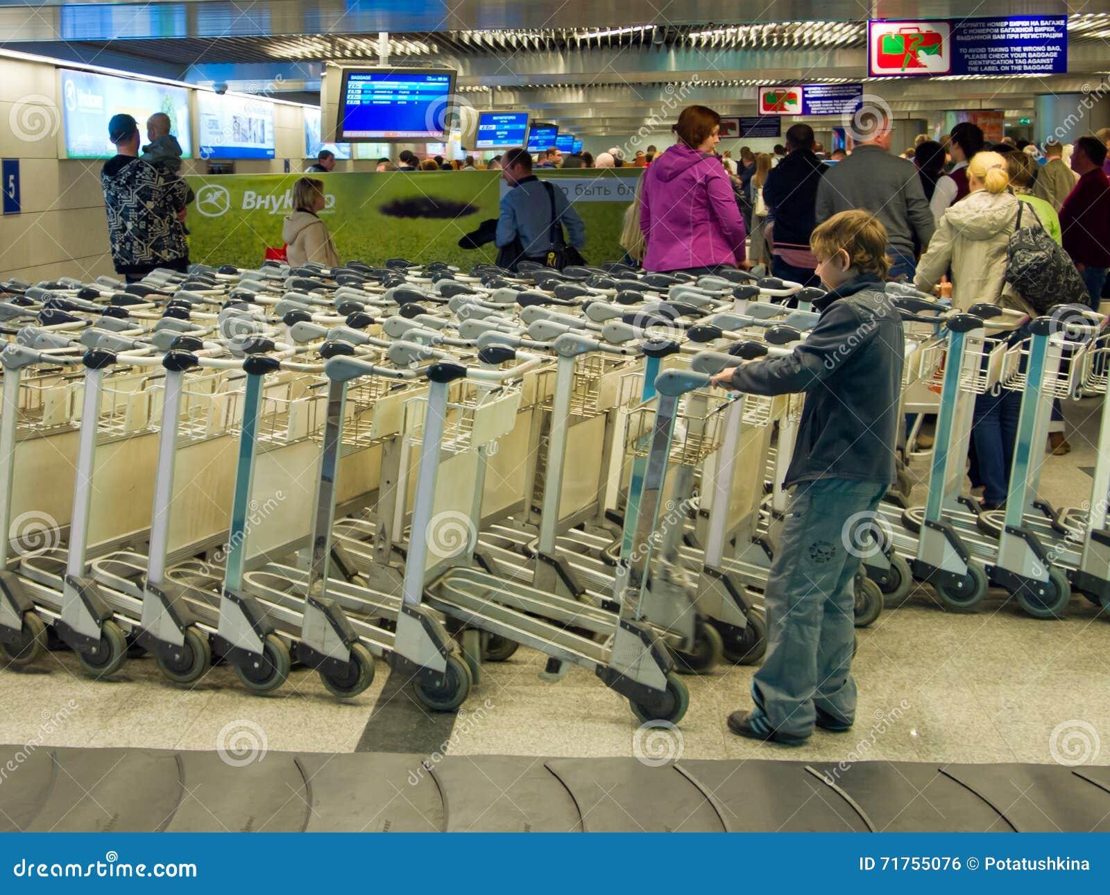 Οι επιβάτες στις αποσκευές παίρνουν την αίθουσα του αερολιμένα Vnukovo, Μόσχα, Ρωσία