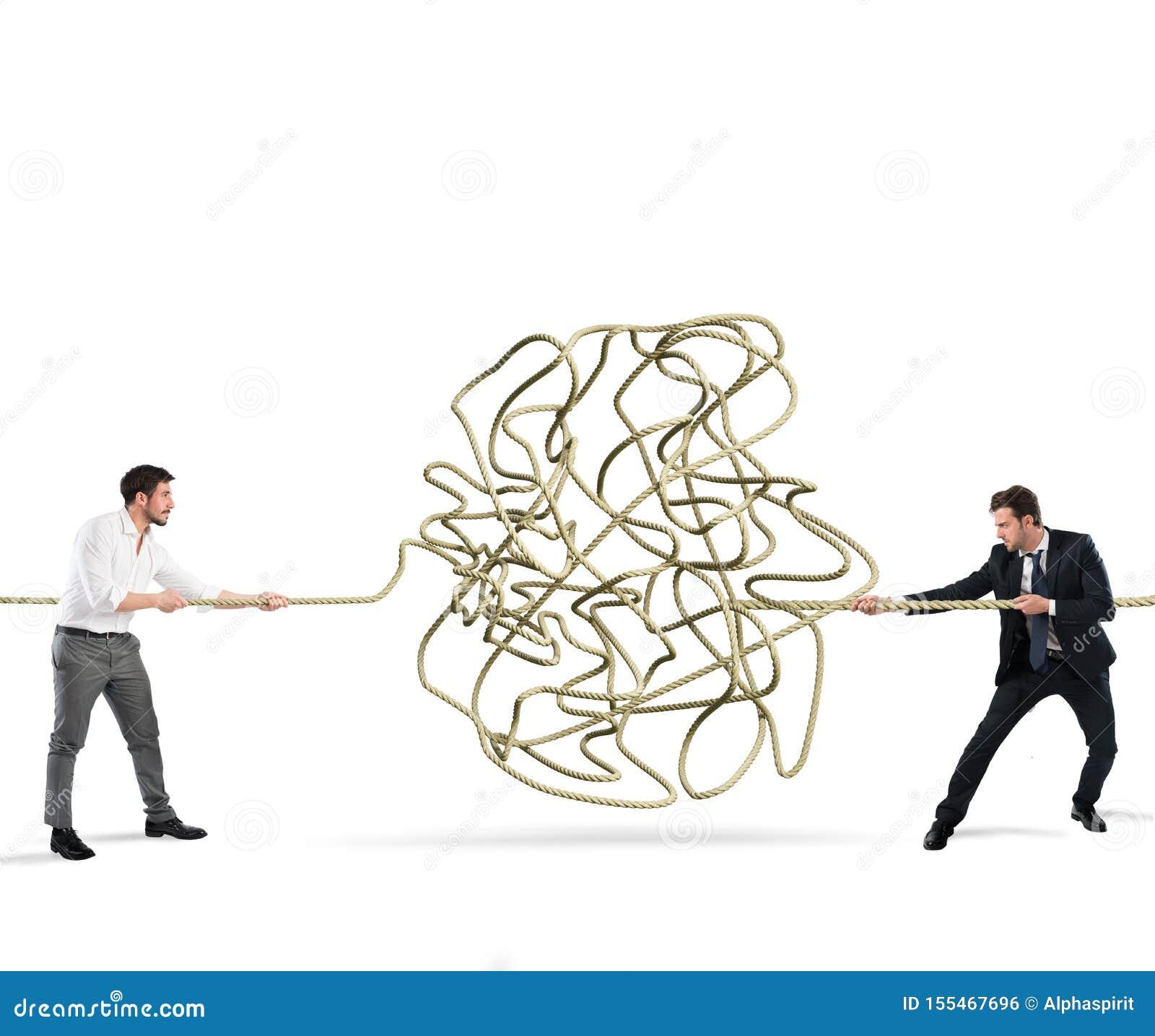 Οι επιχειρηματίες προσπαθούν να λύσουν ένα μπλεγμένο σχοινί r