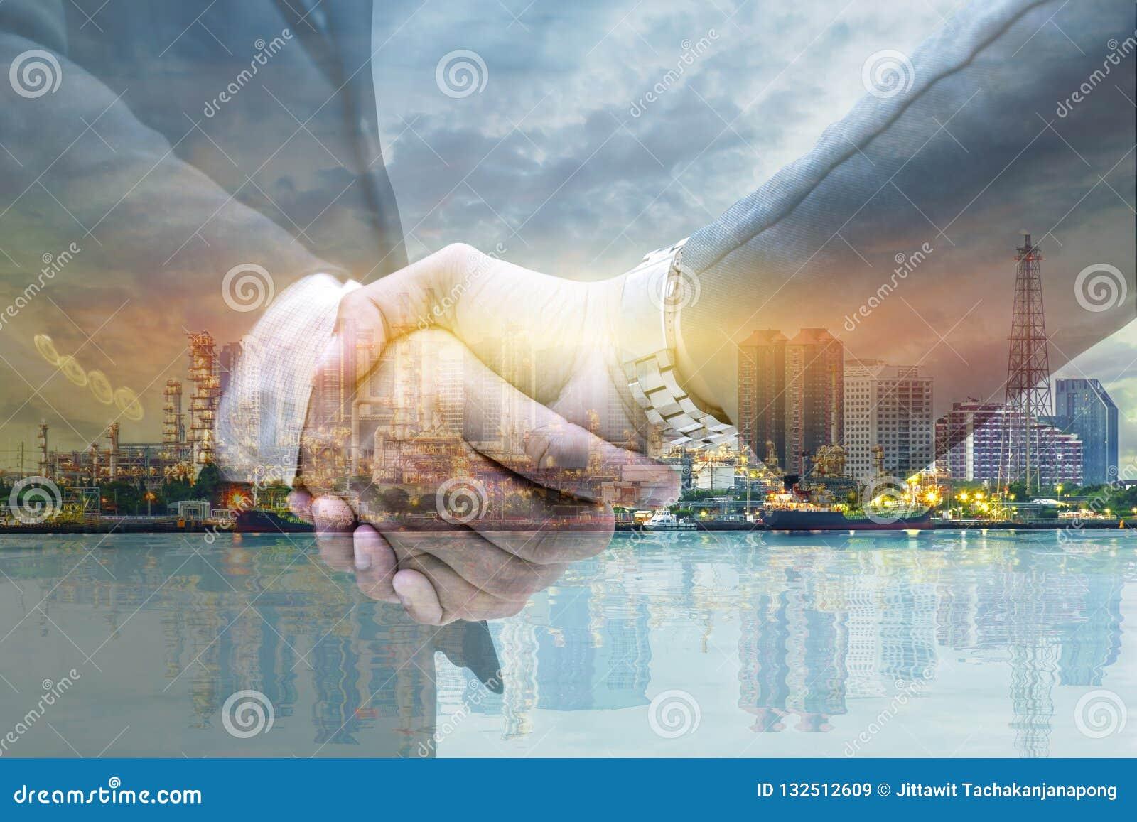 Οι επιχειρηματίες τινάζουν τα χέρια για την επιχειρησιακά επιχείρηση και το μάρκετινγκ
