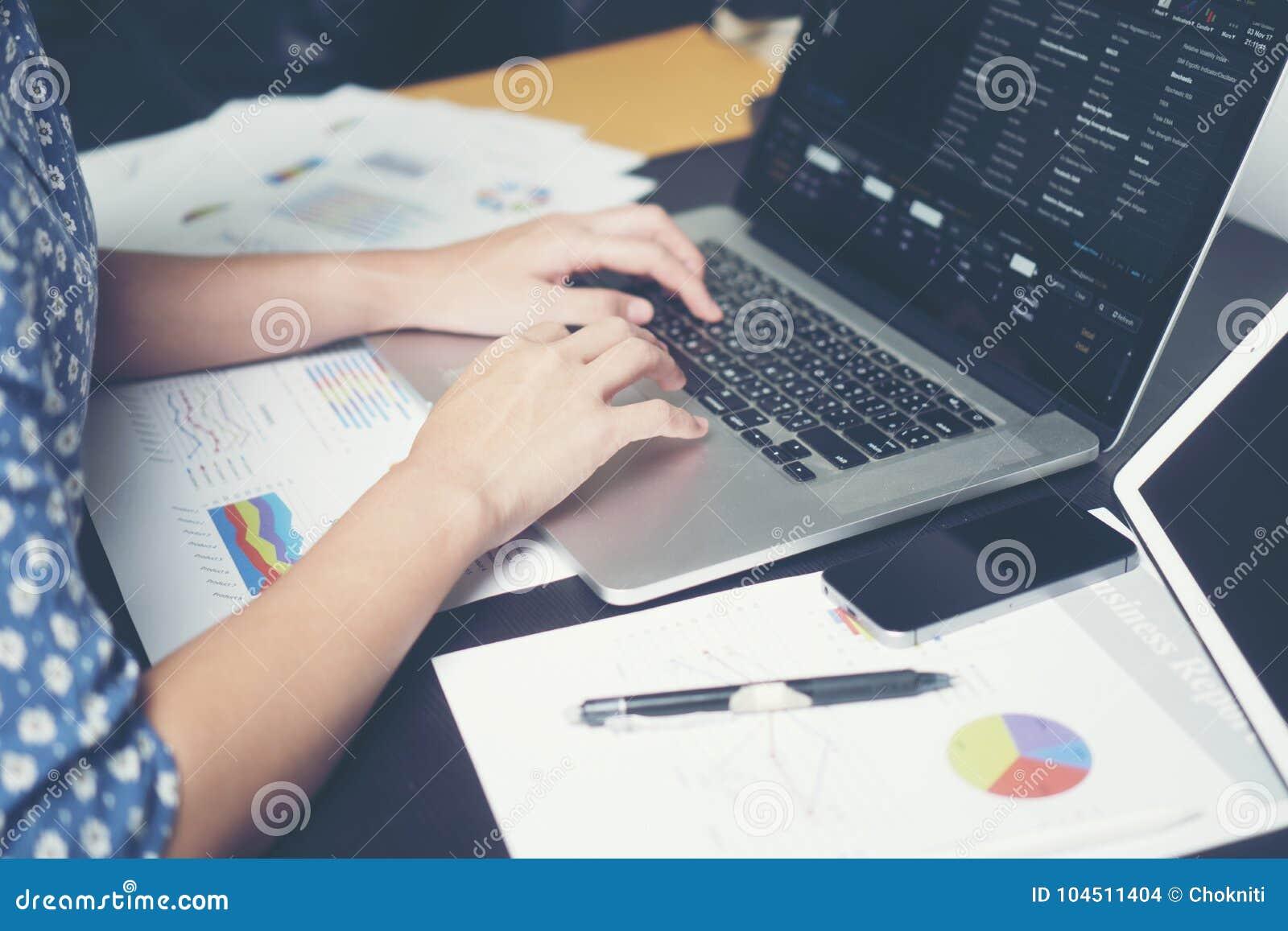 Οι επιχειρησιακές γυναίκες εργάζονται σε ένα γραφείο το πρωί
