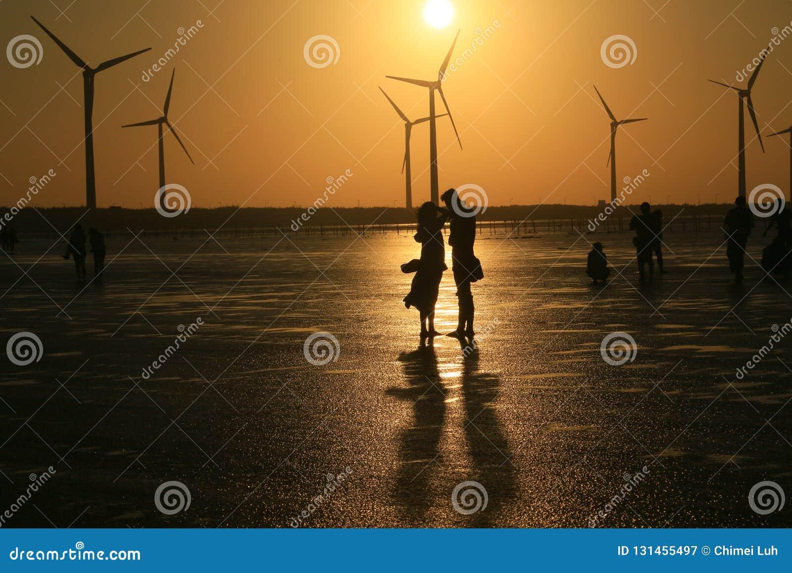 Οι εραστές απολαμβάνουν το χρόνο τους στο ηλιοβασίλεμα