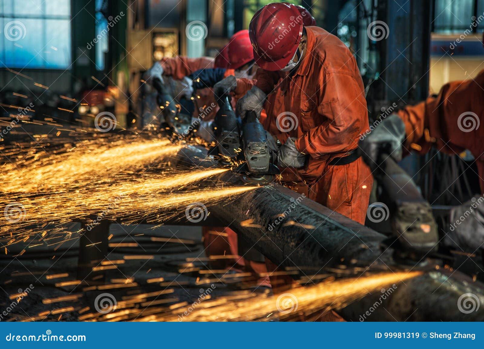 Οι εργαζόμενοι στο μύλο χάλυβα γυαλίζουν το χάλυβα