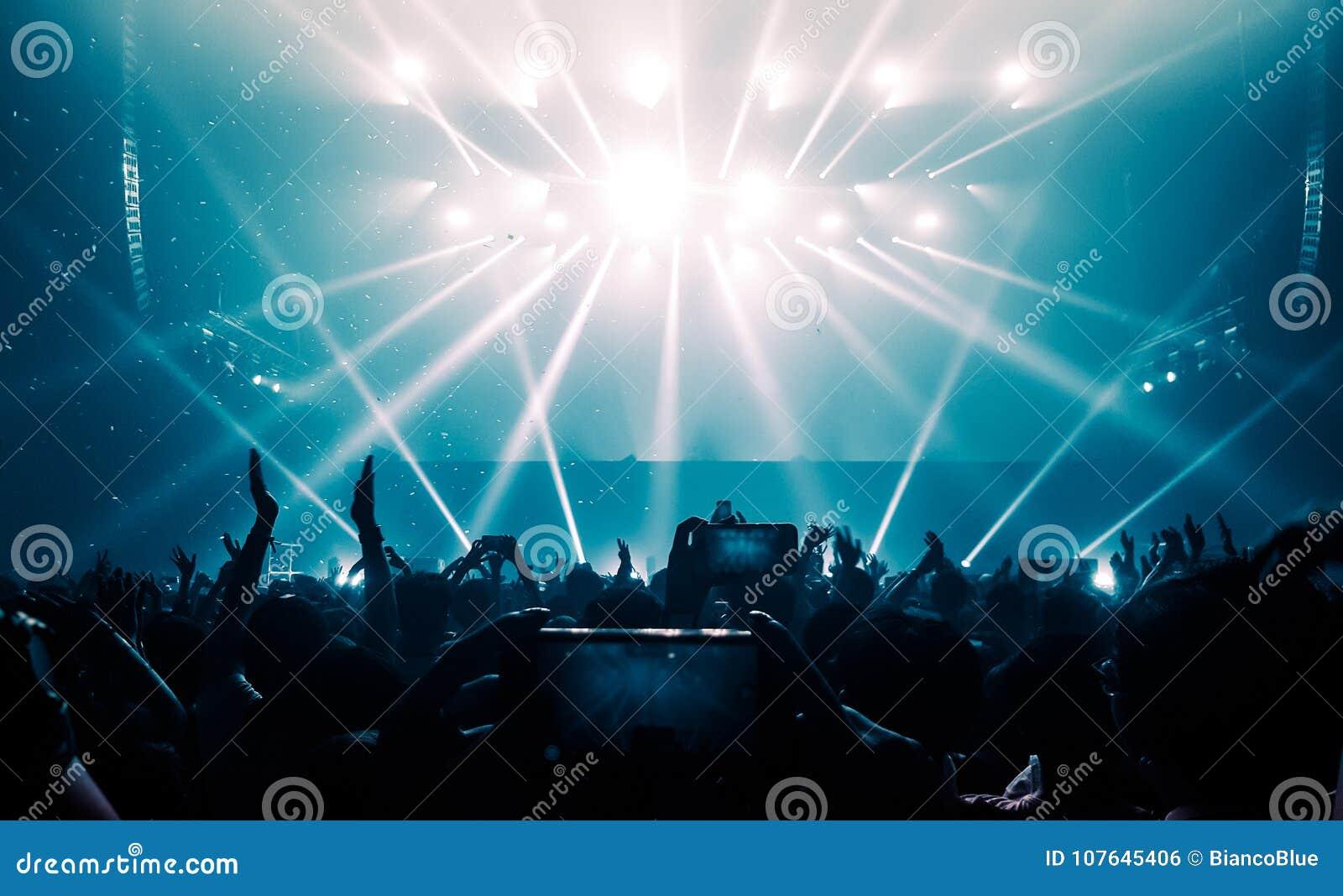 Οι ευτυχείς άνθρωποι χορεύουν στη συναυλία κόμματος νυχτερινών κέντρων διασκέδασης