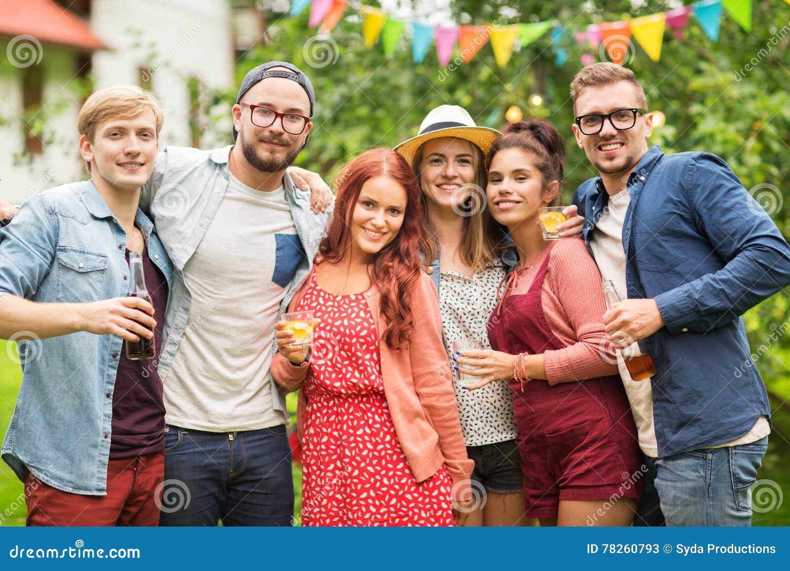 Οι ευτυχείς φίλοι με τα ποτά στο καλοκαίρι καλλιεργούν κόμμα