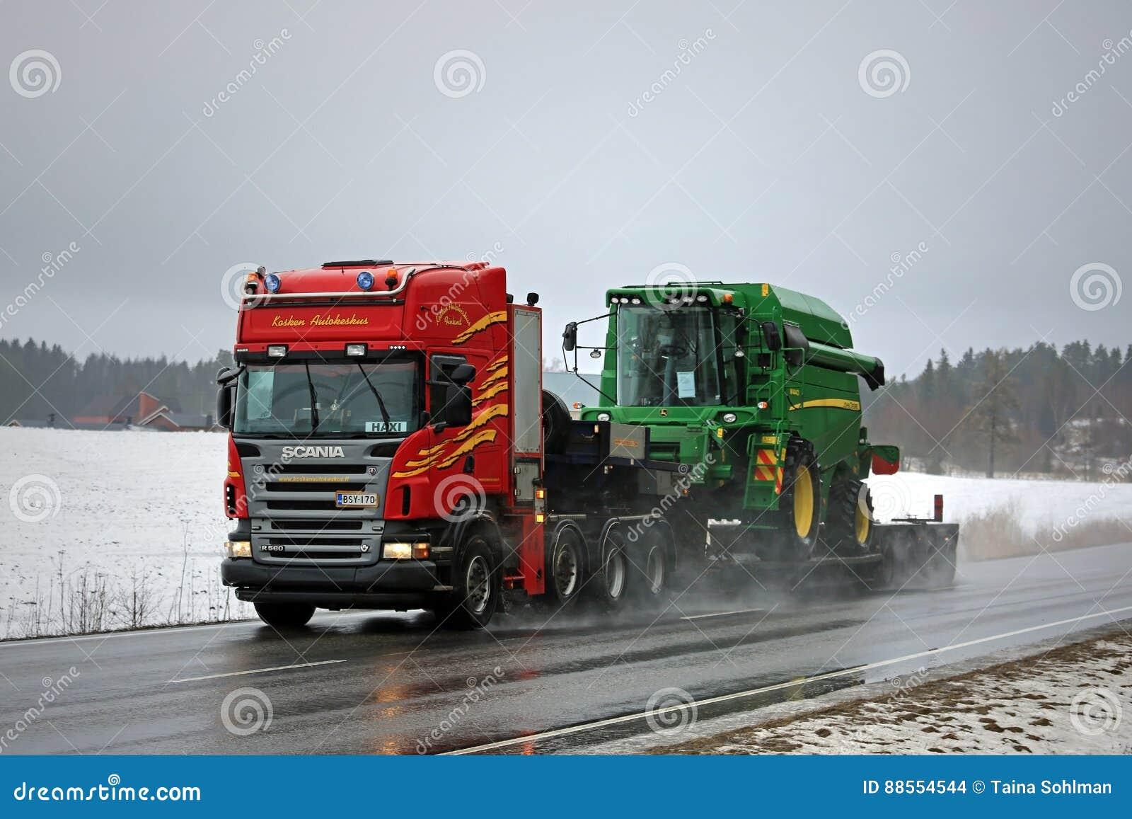 Οι ημι μεταφορές John Deere Scania R560 συνδυάζουν κατά μήκος της εθνικής οδού