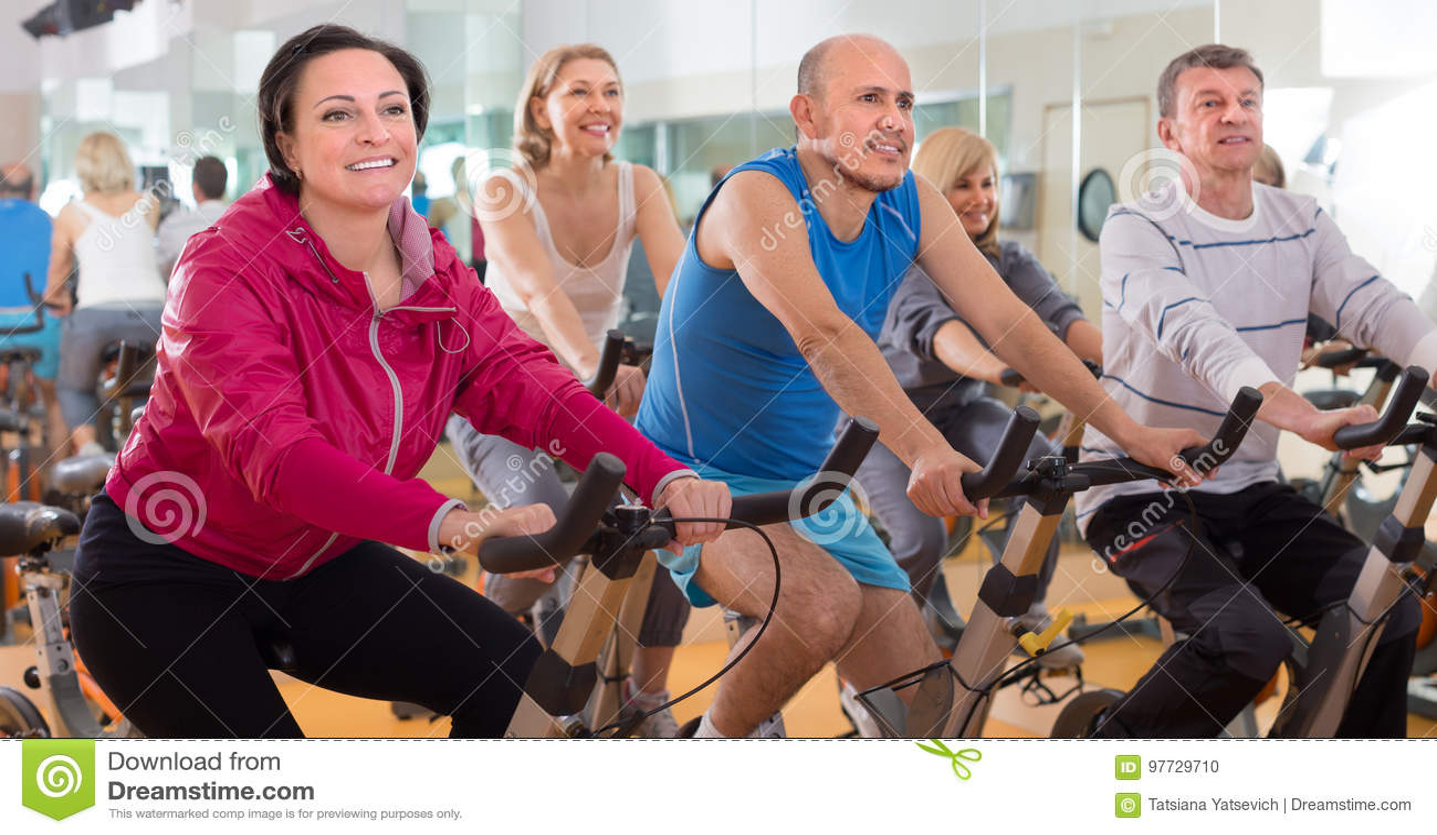 Οι ηλικιωμένοι κάνουν τον αθλητισμό στα ποδήλατα άσκησης