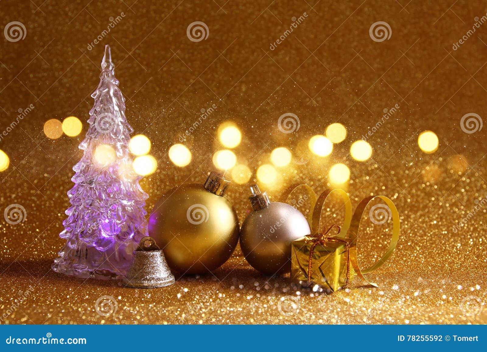 οι διακοσμήσεις χριστουγεννιάτικων δέντρων και σφαιρών ακτινοβολούν επάνω υπόβαθρο