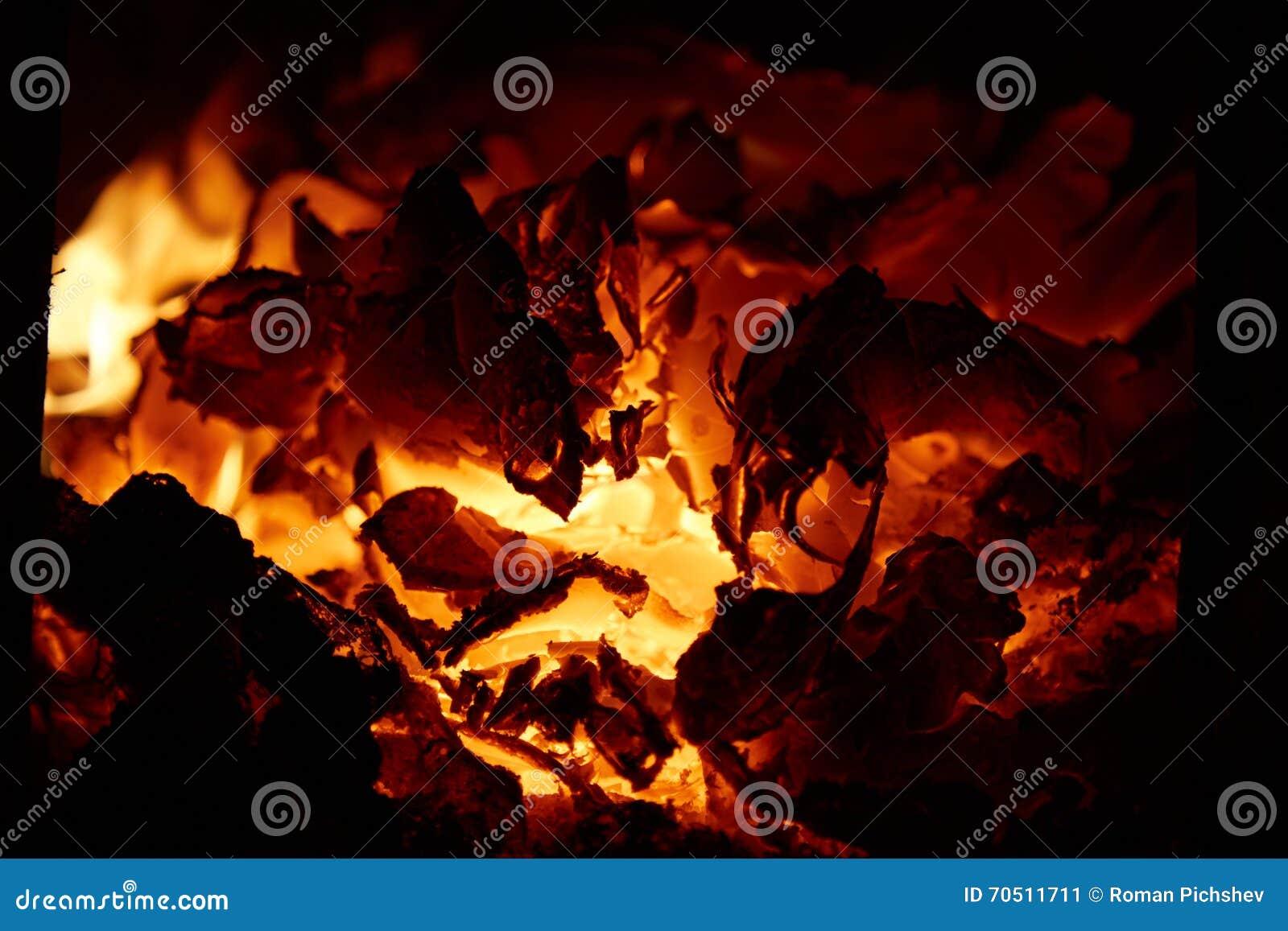 Οι καίγοντας άνθρακες στο φούρνο
