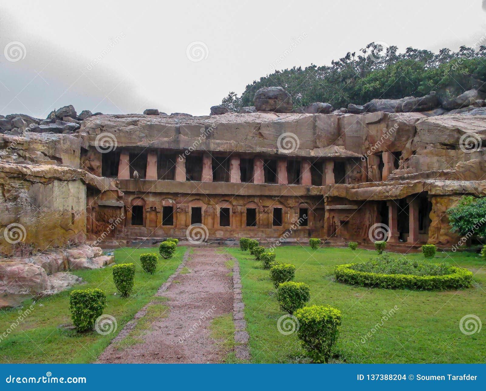 Οι καταστροφές των κτηρίων επί ενός αρχαιολογικών τόπου, ενός Udayagiri και ενός Khandagiri ανασκάπτουν, Bhubaneswar, Odisha, Ινδ