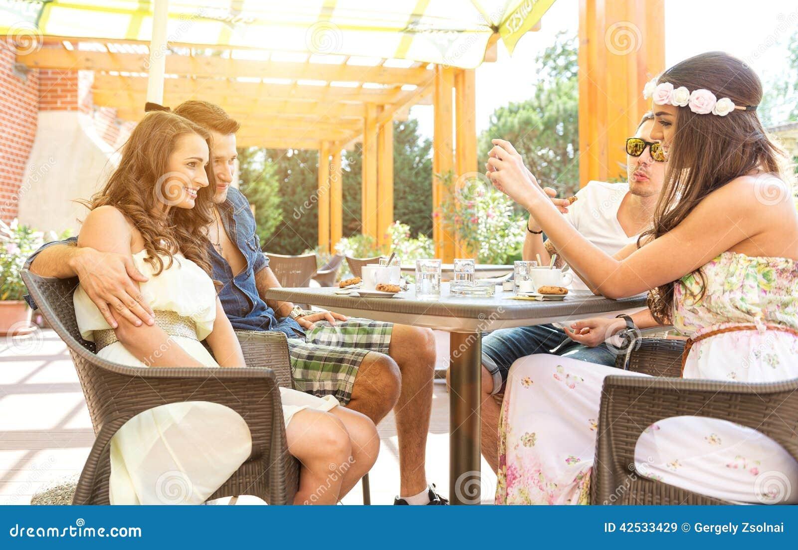 Οι καλοί φίλοι μιλούν στο πεζούλι, που γίνεται †‹â€ ‹μια καλή φωτογραφία με το κινητό τηλέφωνο