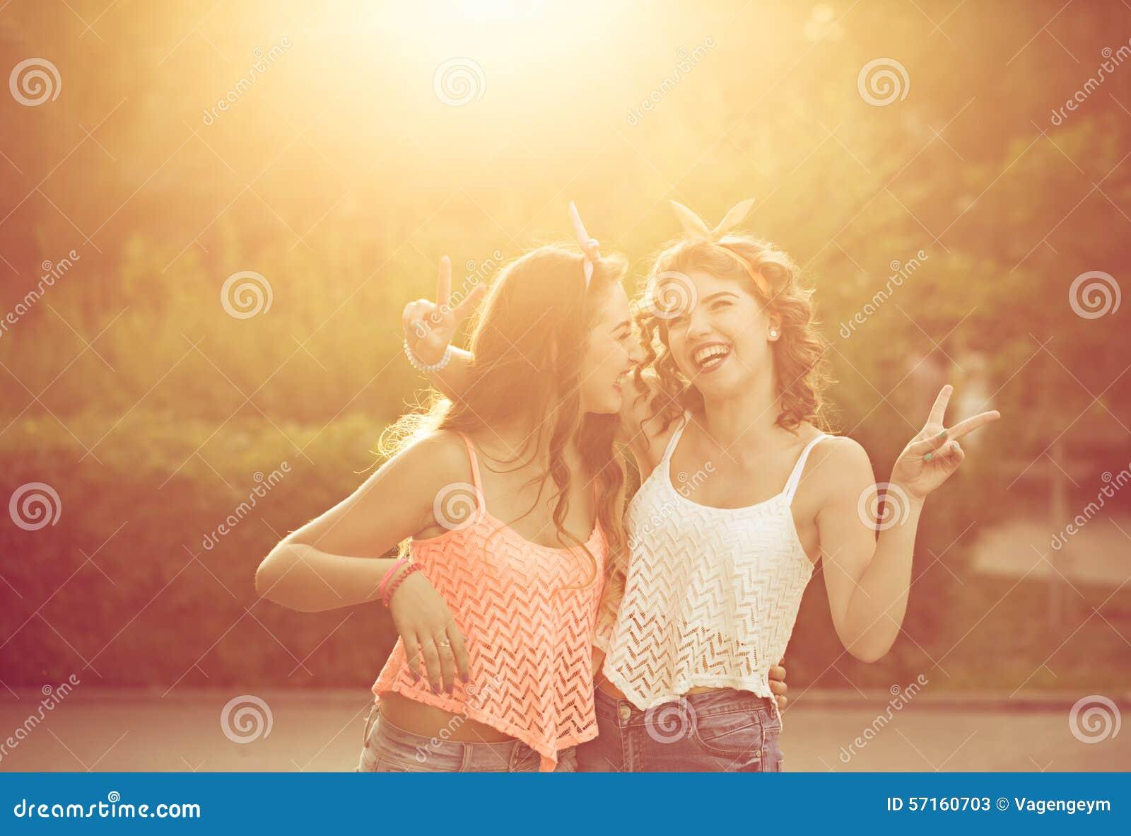 Οι καλύτερες φίλες αγκαλιάζουν Ηλιοβασίλεμα