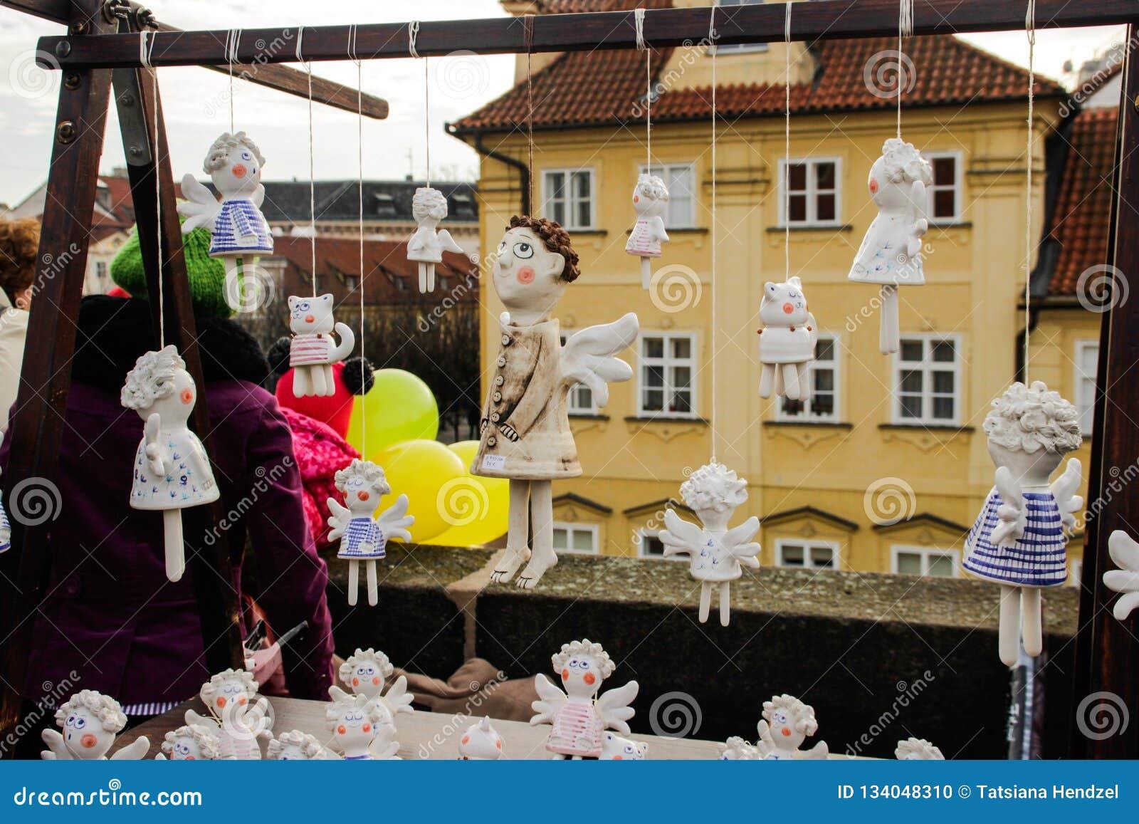 Οι κεραμικοί άγγελοι με τα φτερά κρεμούν στα σχοινιά στην αγορά Χριστουγέννων