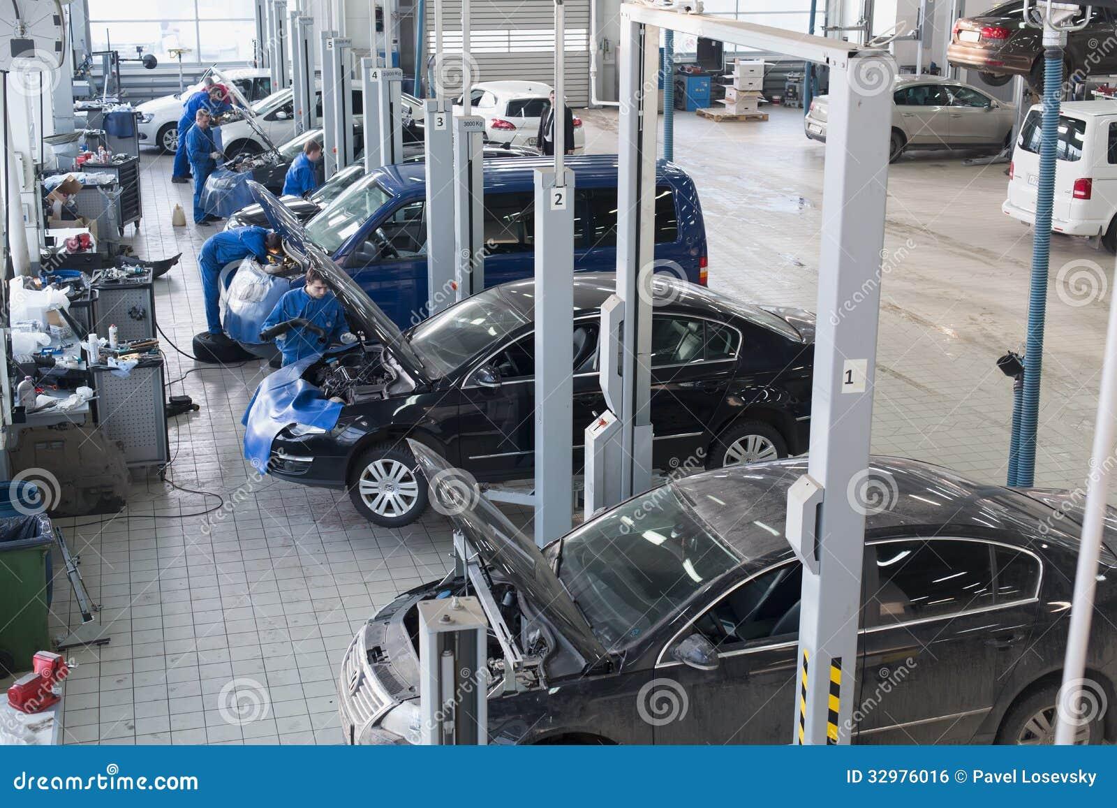 Οι μηχανικοί που επισκευάζουν το αυτοκίνητο