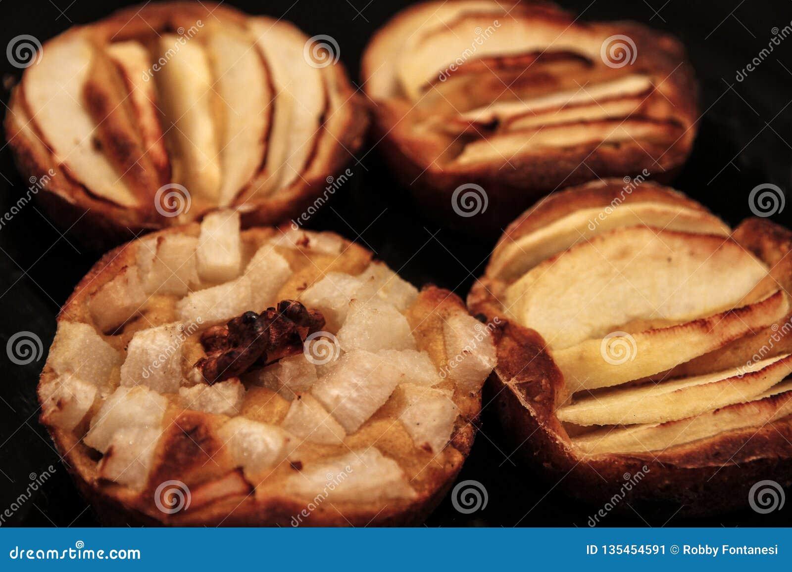 Οι μικρές σπιτικές πίτες μήλων έψησαν πρόσφατα κάθε μια στη φόρμα της