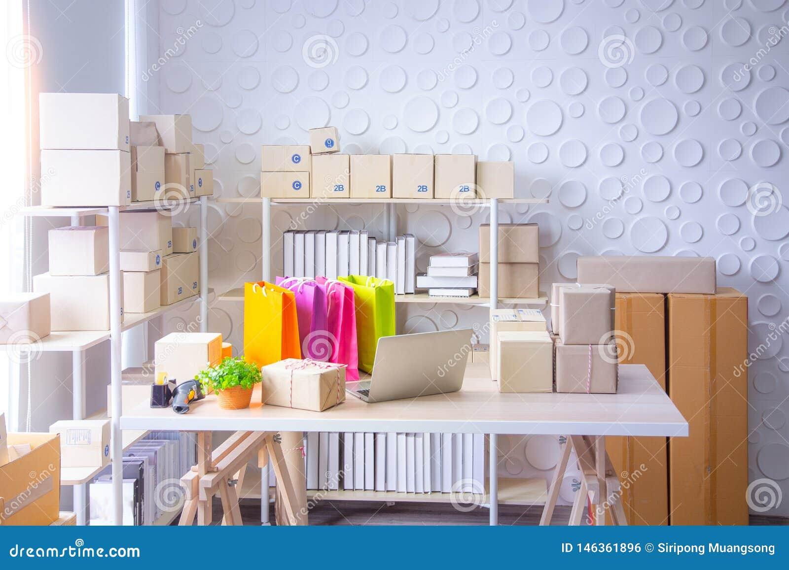 Οι ΜΜΕ, κατάστημα για προετοιμάζουν το προϊόν που στέλνεται στον πελάτη