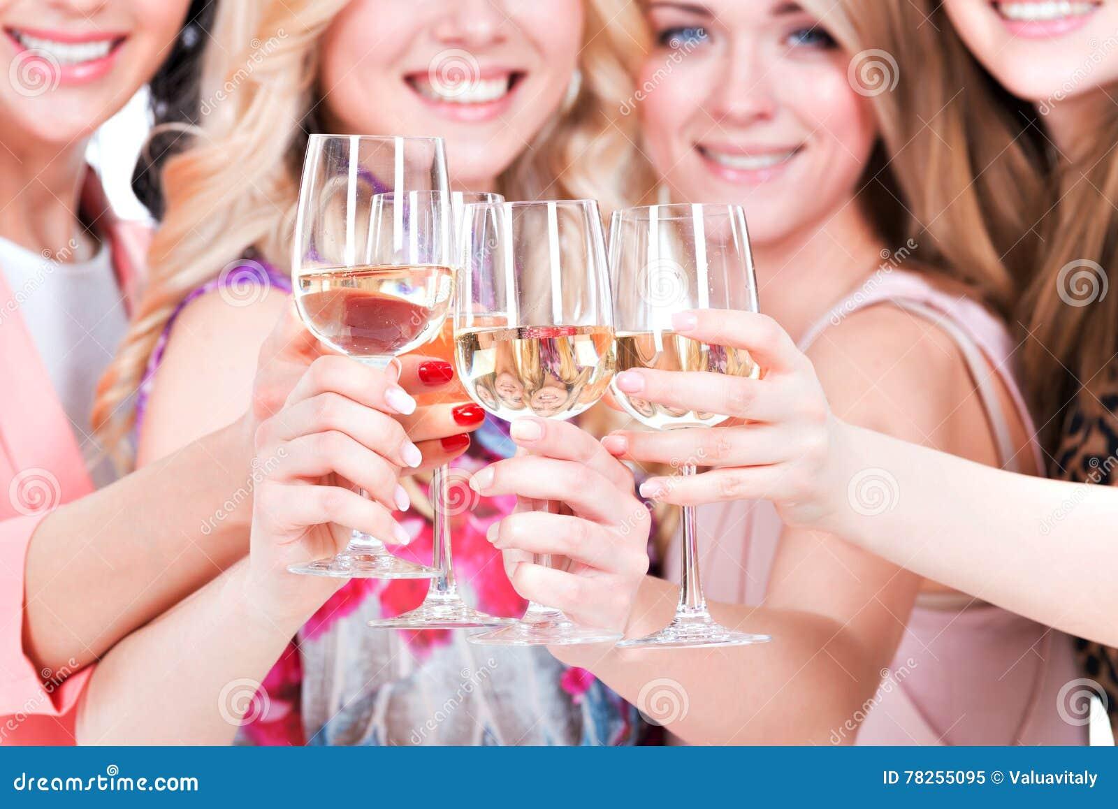 Οι νέες ευτυχείς γυναίκες έχουν το κόμμα