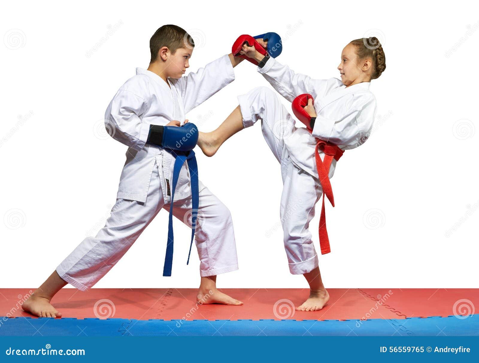 Download Οι νέοι αθλητές κτυπούν το πόδι και το χέρι λακτίσματος Στοκ Εικόνα - εικόνα από εμμονή, πόδι: 56559765