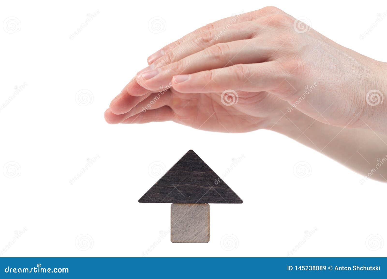 Οι ξύλινοι φραγμοί παιχνιδιών σπιτιών απομόνωσαν το άσπρο υπόβαθρο Η έννοια της αγοράς και της πώλησης της ακίνητης περιουσίας, κ