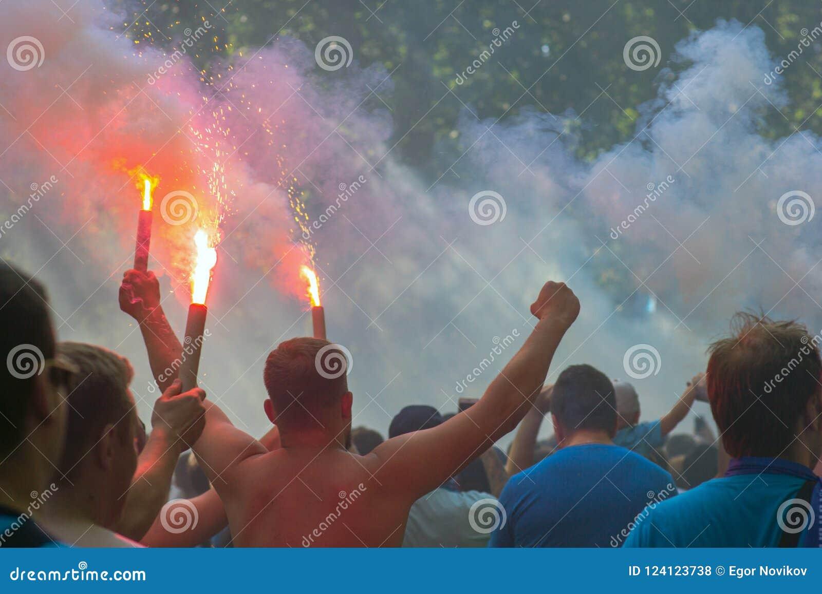 Οι οπαδοί ποδοσφαίρου πηγαίνουν στο στάδιο και καίνε firecrackers