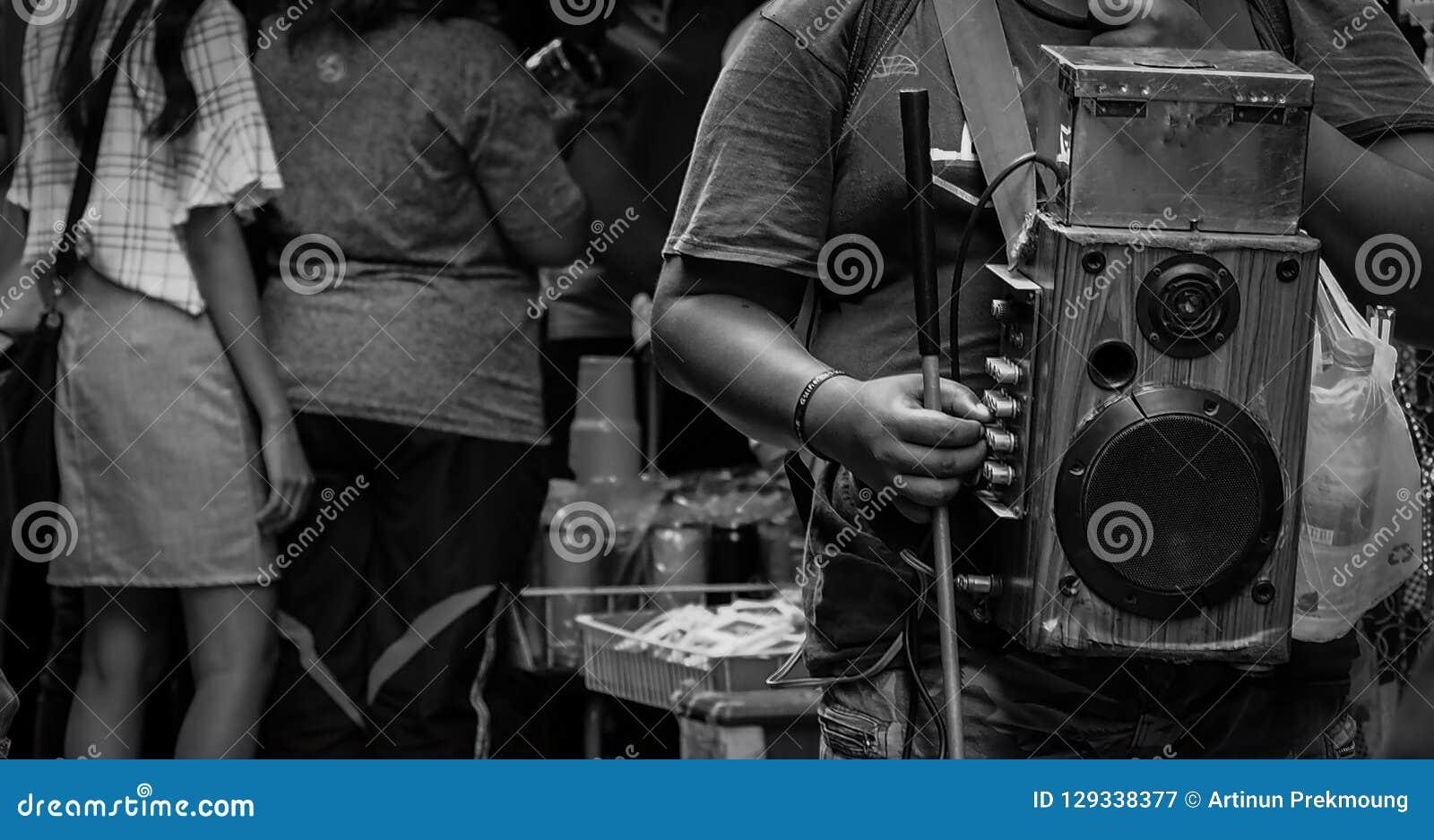 Οι οπτικά ανάπηροι τραγουδούν για τα χρήματα στην αγορά στην Ταϊλάνδη Άνθρωποι που ικετεύονται τυφλοί για τη δωρεά Κανένας δεν εν