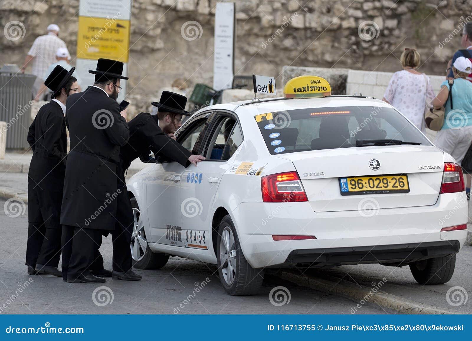 Οι ορθόδοξοι Εβραίοι διατάζουν ένα ταξί στην οδό ` s της Ιερουσαλήμ