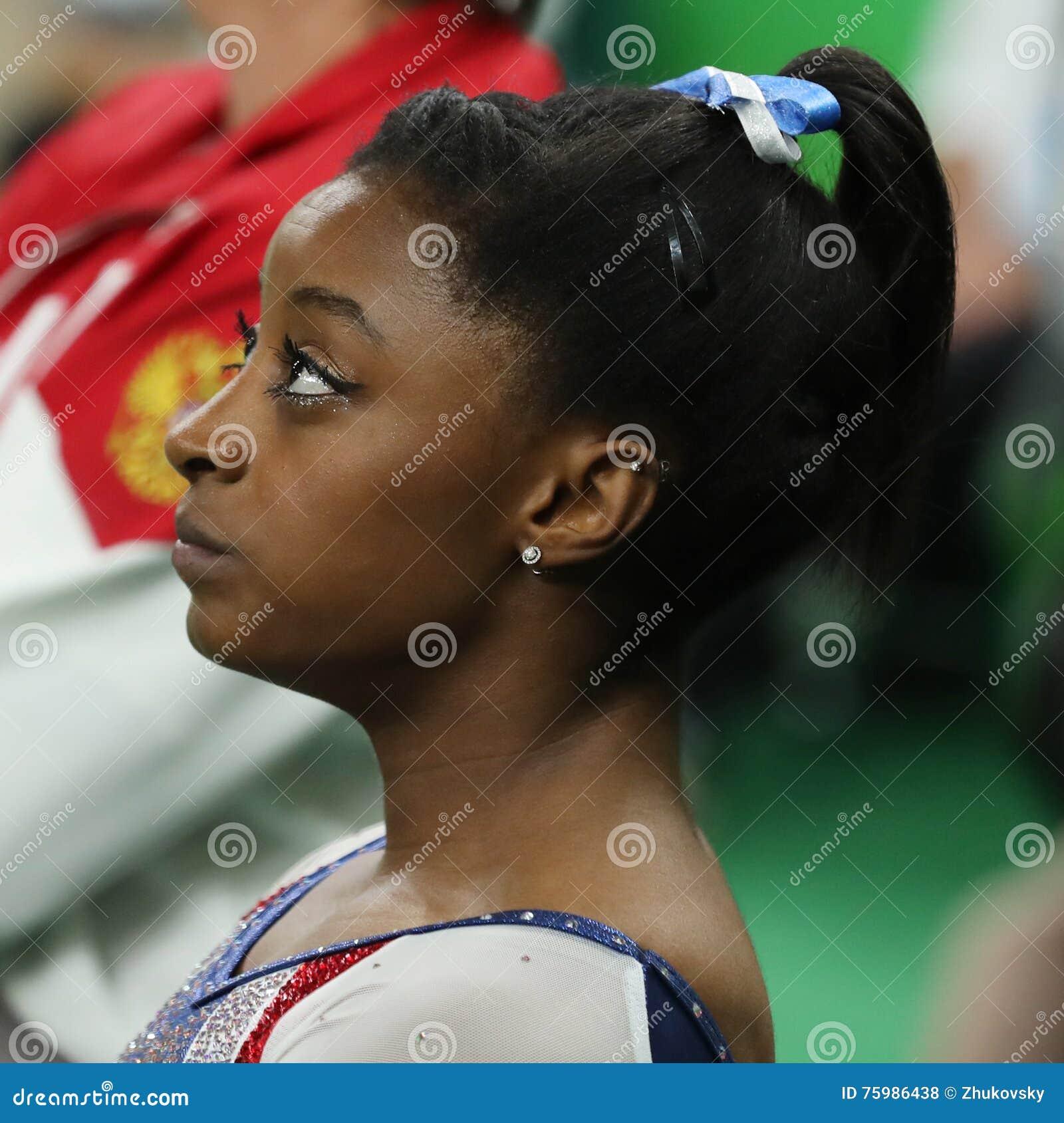 Οι ολυμπιακές χολές της Simone πρωτοπόρων των Ηνωμένων Πολιτειών που ανταγωνίζονται στην ισορροπία ακτινοβολώ στην ολόγυρη γυμνασ